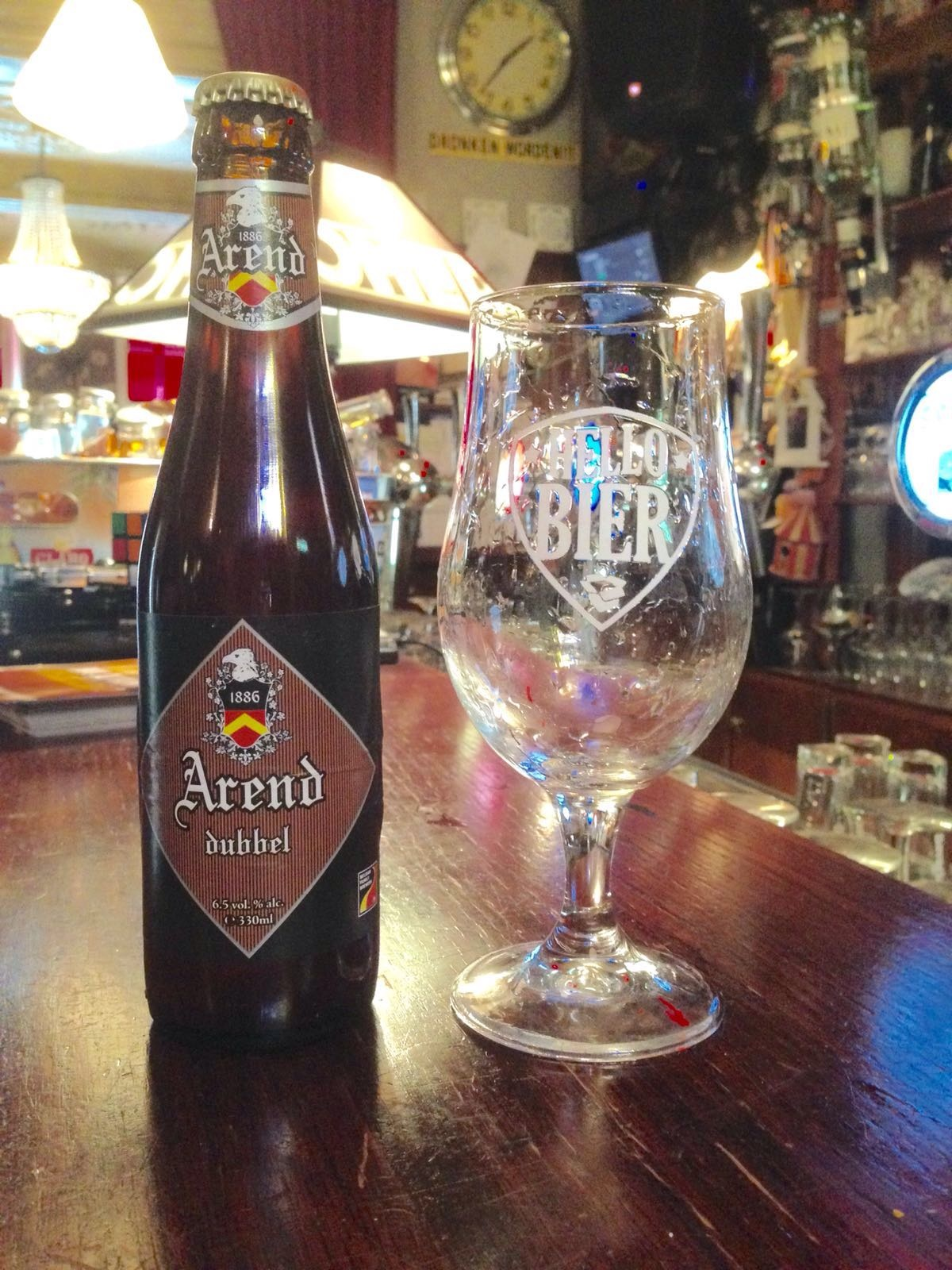 """Arend Dubbel Herkomst: Herzele, België Karakteristiek bruin bier met een volle moutige smaak. Deze dubbel is niet zo zoet als wat je van menig dubbel verwacht door zijn hopbitterheid die de caramelsmaak minder sterk maakt. De sterke afdronk van de Arend Dubbel blijft achter in de keel hangen. Brouwerij de Ryck wordt 4 generaties na zijn ontstaan nog altijd geleid door een nakomeling van familie de Ryck, An de Ryck. Omdat zij veel respect heeft voor haar overgrootvader als oprichter heeft ze besloten om alle bieren onder de naan """"Arend"""" te brouwen. Het bier bevat een alcoholpercentage van 6,5%. Advies serveertemperatuur: 6 à 8 graden."""