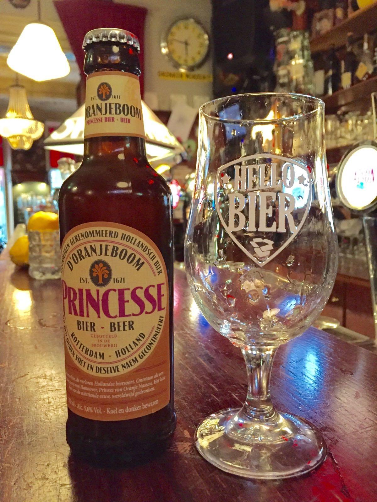 Princesse D´oranjeboom Saison Herkomst: Breda, Nederland Zoals de kleur doet denken aan karamel herken je dit ook in de neus en smaak. De ronde smaak wordt compleet gemaakt door tonen van zoethout en koriander en is sympathiek in zijn bitterheid. Dit bier is ontstaan als een ode aan Anne van Hanover, Prinses van Oranje Nassau. Bierspecialisten hebben het voor elkaar gekregen om dit bier te brouwen door een teruggevonden origineel recept. Dit bier bevat een alcoholpercentage van: 5,6%. Advies serveertemperatuur: 8 tot 12 graden.