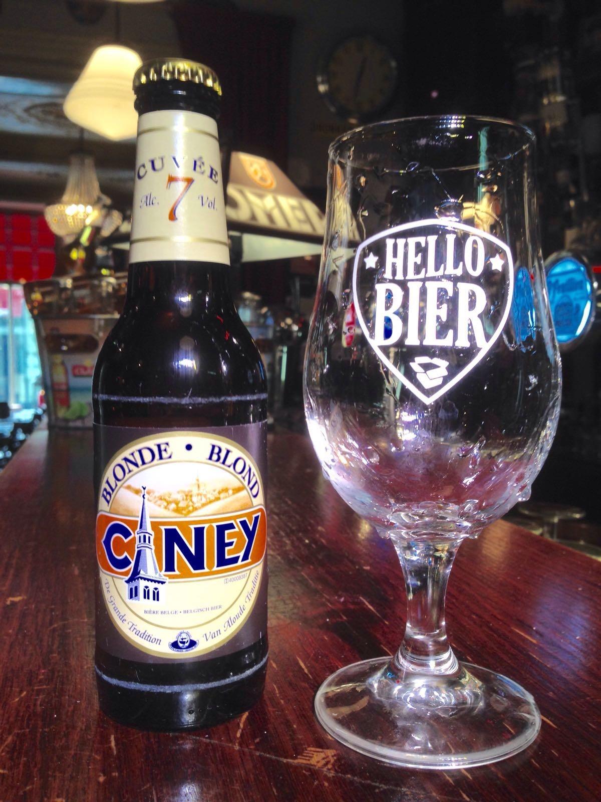 Ciney Blond Herkomst: Waarloos, België De kleur van goud en de geur van koper is een ijzersterke beschrijving van dit bier. Licht zuurtje is hier van toepassing in zowel de smaak als geur. Door blind te proeven met gesloten ogen herkennen wij wilde spinazie. Dit hopbitter blondje komt van de Alken-Maes groep. Het bier bevat een alcoholpercentage van 7%. Advies serveertemperatuur: 5 à 7 graden