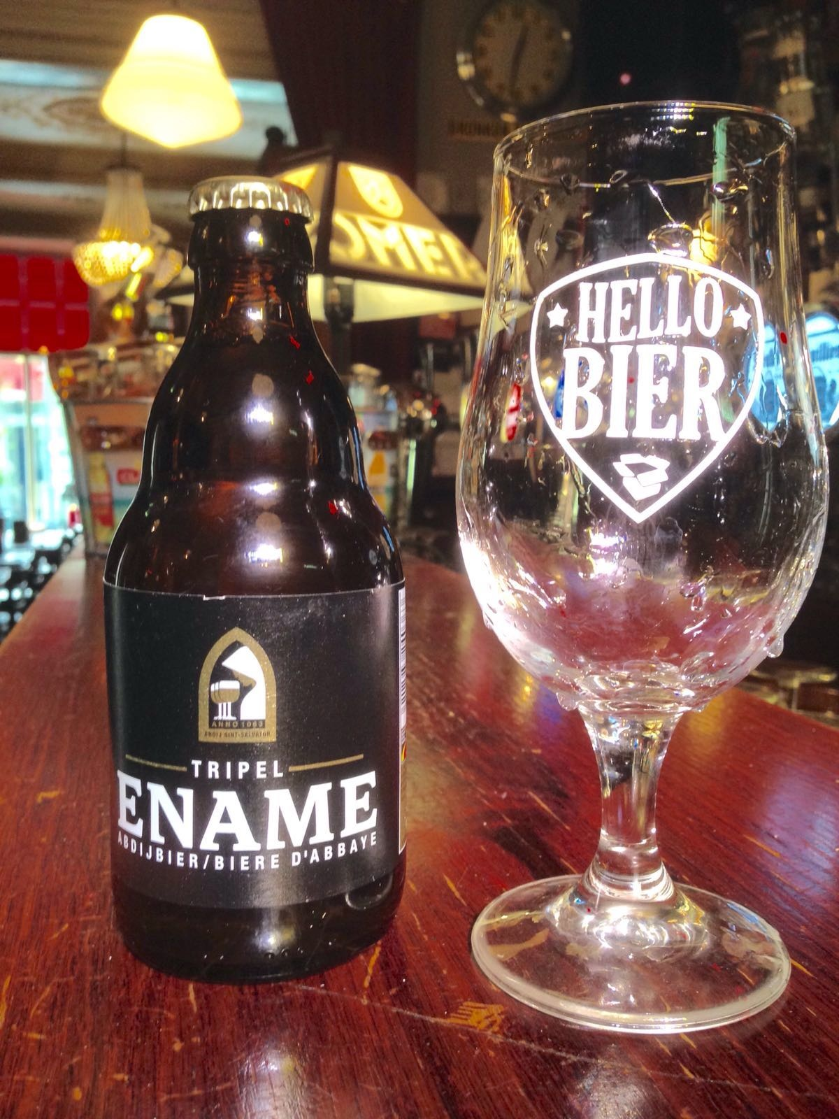 Ename Tripel Herkomst: Oudenaarde, België Tripel met een stevige schuimkraag afkomstig van brouwerij Roman in het hard van de Vlaamse Ardennen. Een mooi gebalanceerd bier zonder uitschieters naar specifieke smaken. Dit maakt het bier geweldig mooi. De historie van dit bier gaat terug tot in het jaar 1063 toen daar de abdij werd gesticht. Helaas zijn er op dit moment alleen nog ruïnes van de abdij over dankzij de Franse Revolutie. Maar het bier is daarmee gelukkig niet verdwenen maar wordt met passie gebrouwen door de brouwerij. Het bier bevat een alcoholpercentage van 8,5%. Advies serveertemperatuur: 6 graden.