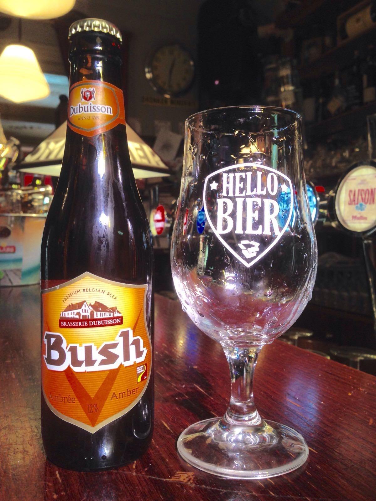 Bush Amber Herkomst: Pipaix, België Het sterkste bier van België van de oudste brouwerij van Wallonië. Maar niet qua smaak. Bij dit cognackleurig biertje zijn het de tonen van honing die zich meteen ontwikkelen in de neus. In de smaak herken je de zoete smaak van zoethout. Het smakenpallet wordt compleet gemaakt door geroosterde noten. Maar wees gerust als je een notenallergie hebt, ze zitten er niet in. Door de zoete kenmerken wordt het alcoholpercentage een beetje vergeten. Maar liefst 12%. Advies serveertemperatuur: 7 graden.