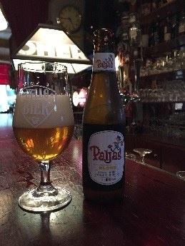 Paljas Blond Herkomst: Zeebrugge, België Dit frisse blond bier is gemaakt van vier soorten hop, Magnum Stryryan, Kent en Saaz. Deze hopsoorten zorgen voor een gebalanceerde bittere smaak en de citrus zorgt voor een verfrissing wat de Paljas Blond doordrinkbaar maakt. Paljas hebben we vaker in onze pakket maar dit is niet voor niks. De Paljasbieren vallen regelmatig in de prijzen omdat zij geweldige kwaliteit leveren. Het bier bevat een alcoholpercentage van 6%. Advies serveertemperatuur: 5 à 7 graden.
