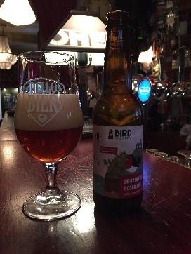De Rumoerige Roodborst Herkomst: Amsterdam, Nederland Deze rare vogel heeft een bijzondere achtergrond. Het bier heeft een robijnrode kleur en de geur herkent zich door grapefruit en tropisch fruit. Het bier is gebrouwen door vier soorten hop en vijf soorten mout wat zorgt voor een volle smaak die lang blijft hangen. Dit bier is afkomstig van BirdBrewery. Het bijzondere aan de bieren die zij brouwen is dat ze de verhalen van mooie vogels die je in het dagelijks leven ziet willen combineren met een passend bier. Het bier bevat een alcoholpercentage van 5,8%. Advies serveertemperatuur 7 à 9 graden.