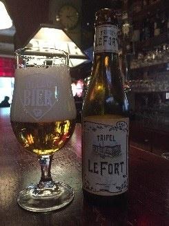 Tripel Le Fort Herkomst: Bellegem, België Kruidige Tripel waarbij je in de neus en de eerste slok sporen van banaan herkent. Hij is niet zo bitter als een tripel kan zijn waardoor hij lekker door de mond walst maar toch heeft het bier een stevige body. Doordat in het verleden Omer trouwde met een kleindochter van de oprichter van LeFort is LeFort brasserie een onderdeel van brouwerij Omer van de Ghinste. Het bier bevat een alcoholpercentage van 8,8%. Advies serveertemperatuur: 8 graden.