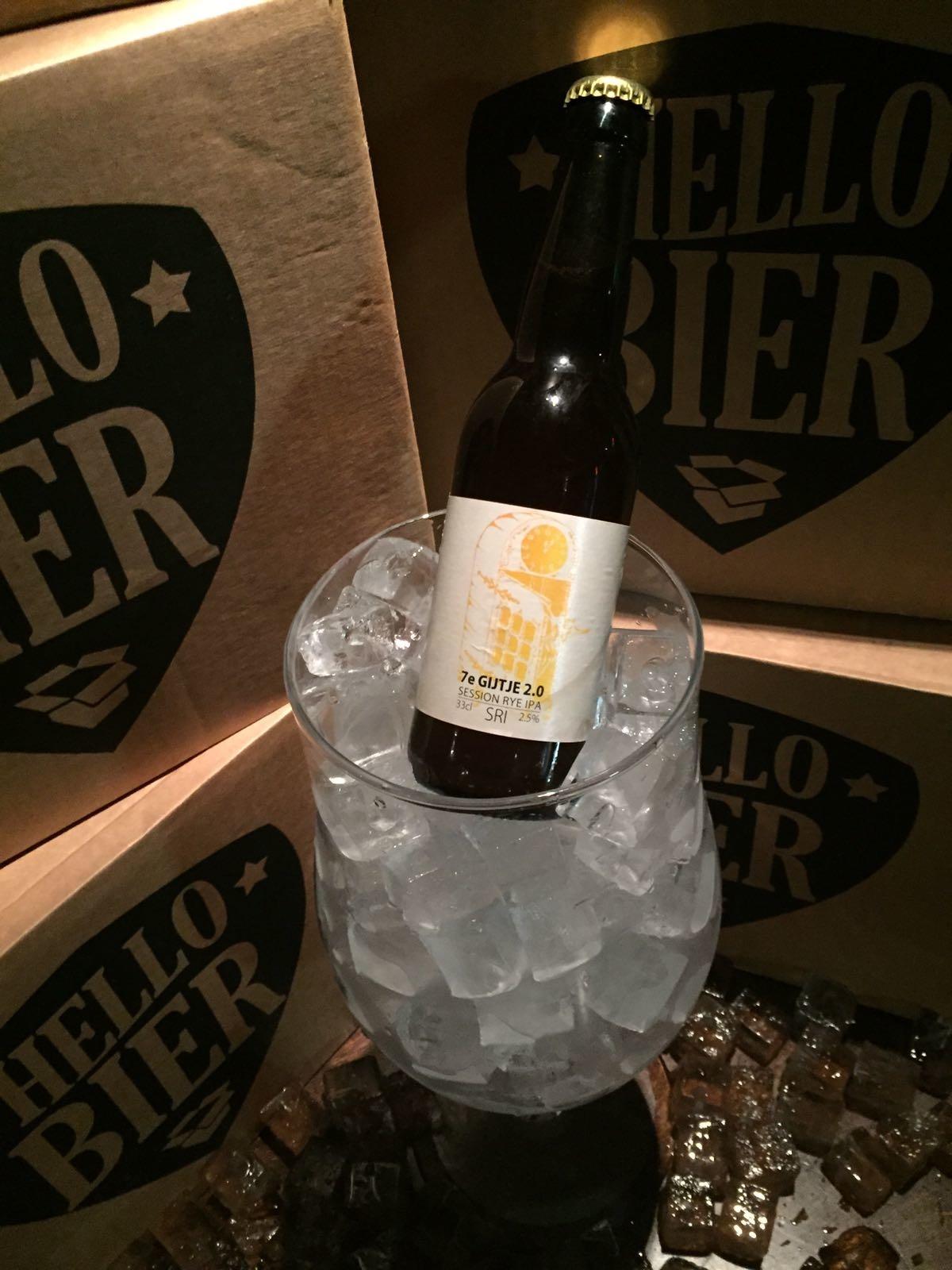 7e Gijtje 2.0 Herkomst: Le Roeulx, België Het 7e Gijtje klinkt als een sprookje en wij laten sprookjes graag uitkomen. De Natte Gijt heeft een Session RYE IPA gebrouwen. Dit met rogge gebrouwen bier is gemaakt met de hopsoorten Simcoe en Mosaic en heeft een verrassend laag alcoholpercenta-ge. De hopsmaak is goed aanwezig en in de afdronk herken je een zuurtje vergezeld met een bittertje. Sluit je ogen, ruik aan het bier en het lijkt alsof je midden in de Ar-dennen staat in een gebied omringd met Dennenbomen. Lees het verrassende ver-volg van het sprookje op het etiket van het flesje. Het bier bevat een alcoholpercenta-ge van 2,5%. Advies serveertemperatuur: 5 graden