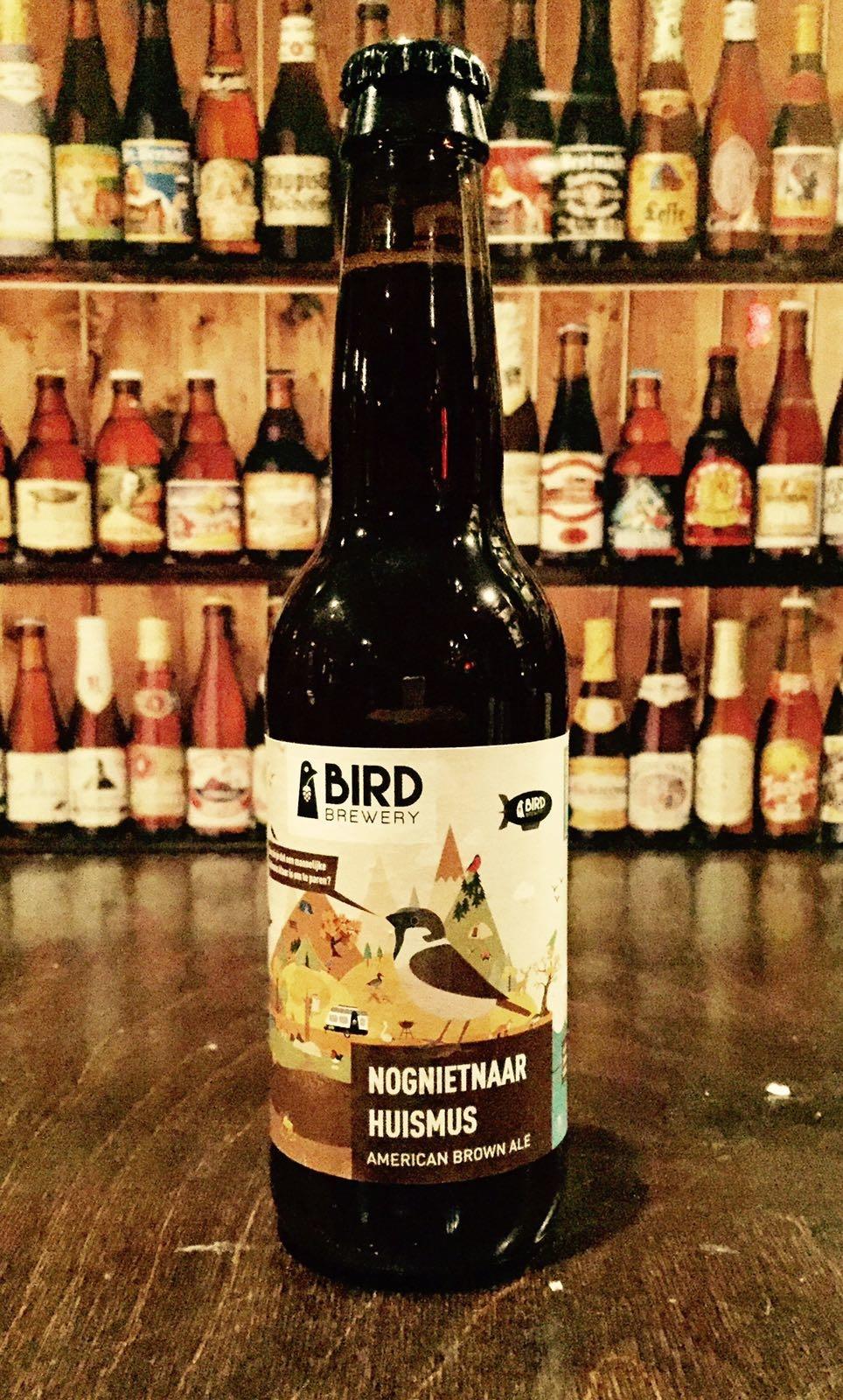 De Bird Brewery is een jonge brouwerij waarvan alle bieren verwijzen naar vogels. Dit speciaalbier is een Brown Ale met een bijzonder smakenpalet. In het speciaalbier her-ken je rook en turf maar ook frisse en fruitige tonen zijn aanwezig. De gebrande onge-zouten pecannoten zijn ook niet te missen in dit speciaalbier. Wij vinden dit bier echt een aanrader en wat ons betreft hoeft het bier nog niet naar huis. Dit bier is absoluut geen dooie mus waar wij jou blij mee maken. Het bier bevat een alcoholpercentage van 6,4%. Advies serveertemperatuur: 6 à 7 graden.