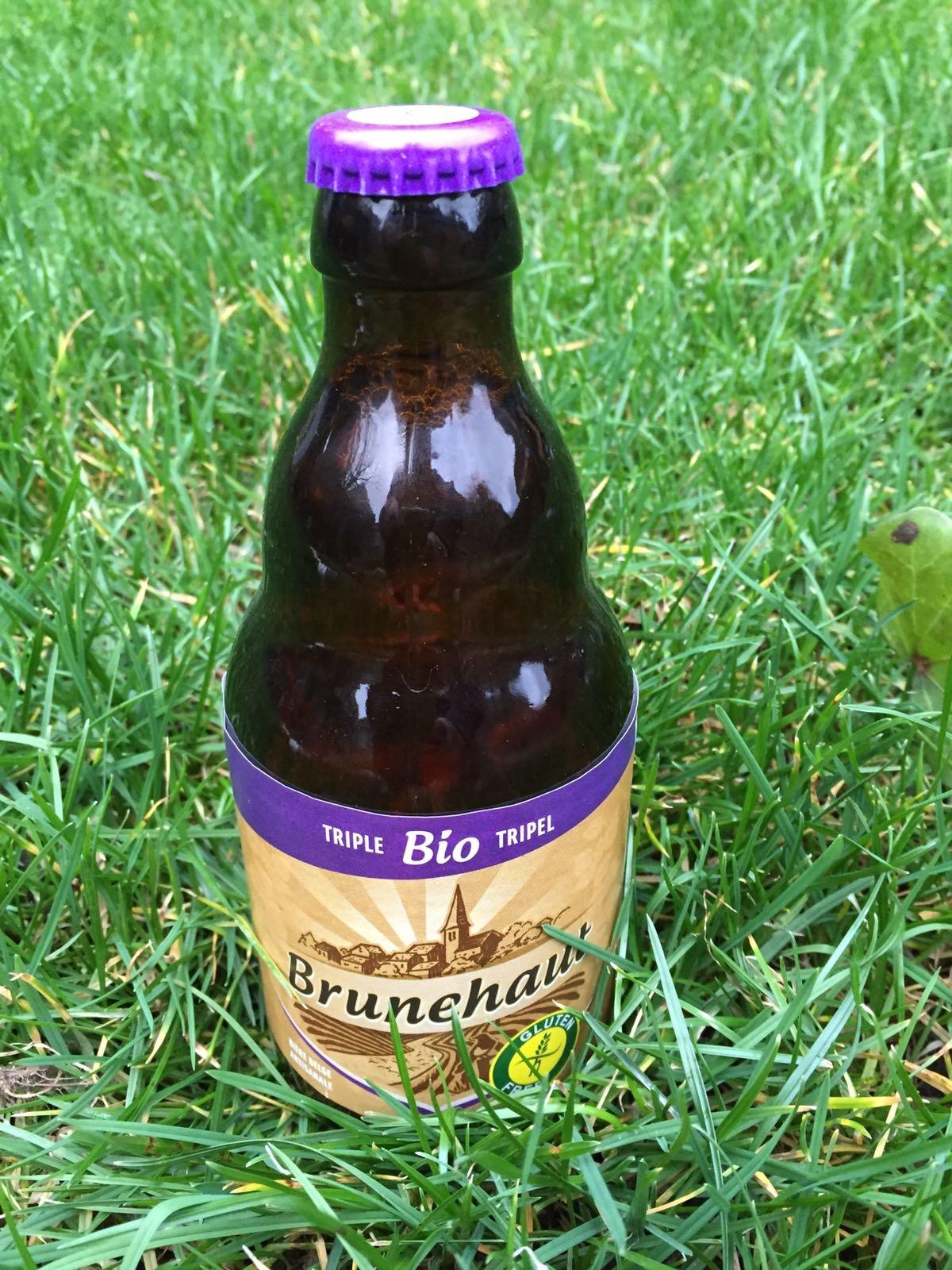 Brunehaut Triple Bio Herkomst: Brunehaut, België Een biologische glutenvrije Tripel met een lichtkopere kleur. Vol van smaak met een fluweelzachte bitterheid. Door de zachtheid van de bitter heeft het bier een lange aangename afdronk. De bieren van Brunehaut zijn in drie categorieën in te delen, na-melijk abdijbieren, biologische bieren en streekbieren. Wij hebben dit bier in ons pakket omdat we willen laten proeven dat biologische en glutenvrije bieren niet onderdoen voor andere speciaalbieren. We merken namelijk in onze omgeving dat hier an-ders over gedacht wordt. Dit bier bevat een alcoholpercentage van 8%. Advies serveertemperatuur 7 à 8 graden.
