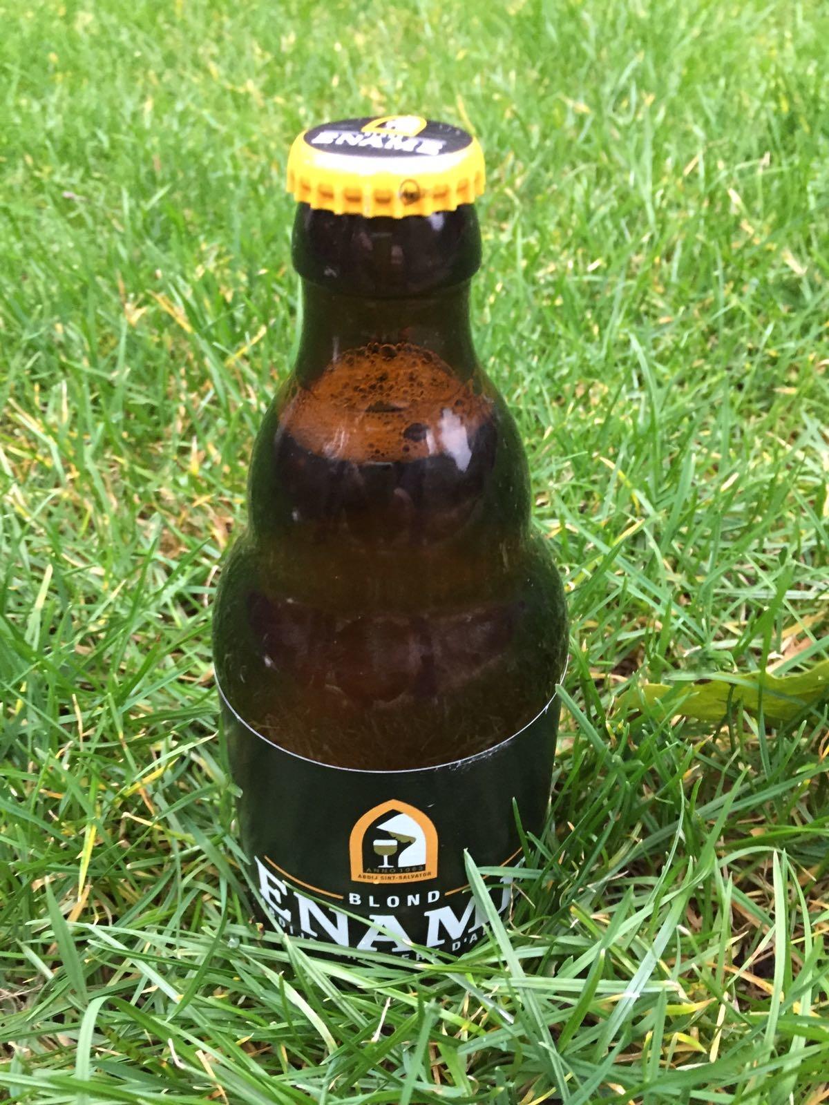 Ename Blond Herkomst: Oudenaarde, België De aroma's van dit bier bestaan uit banaan, sinaasappel en rvs. Nu denk je rvs, wat een gekke beschrijving, maar dit kunnen we uitleggen. Het geromantiseerde verhaal van koperen ketels waarin bier wordt gebrouwen is passé. Bieren worden tegenwoordig ook gebrouwen in grote Rvs-ketels. Dit kun je beleven terwijl je geniet van dit bier. Wij leggen dit uit in een filmpje op onze facebookpagina. Kortom, een gebalanceerd blond bier met een droge afdronk. Het bier bevat een alcoholpercentage van 6,5%. Advies serveertemperatuur: 5 à 6 graden.