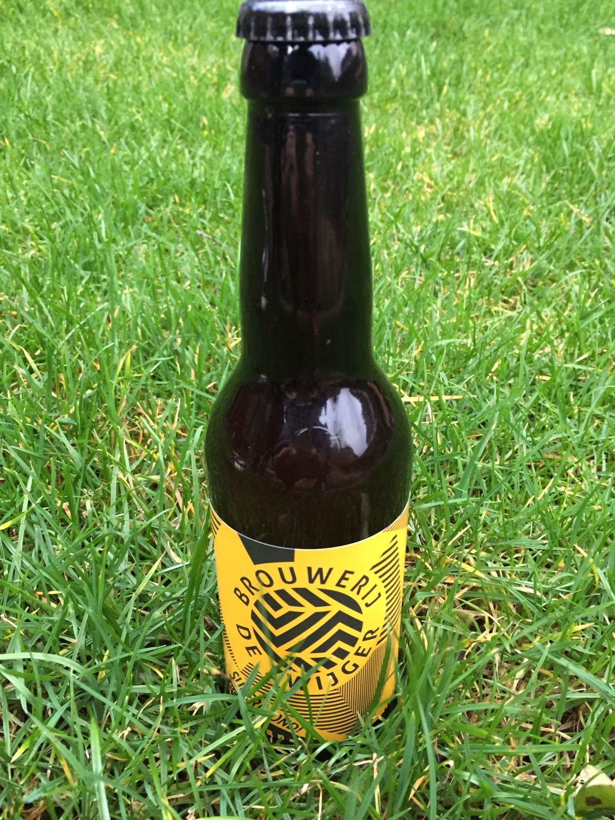 Superblond Herkomst: Amsterdam, Nederland Dit goudblond bier komt van brouwerij De Zwijger uit Amsterdam. Het was even wachten op dit biertje maar wij hebben hem. De brouwerij is sinds februari 2017 pas live en daarom zijn wij extra blij dat we dit bier in ons pakket hebben. Dit blond bier is zacht van smaak met tonen van citrus. Een mooie balans tussen bitter, zoet en hop. Een eer-ste batch van brouwerij de Zwijger die er mag zijn. Met de aftrap van zo'n mooi bier zijn wij nieuwsgierig naar de ontwikkelingen van deze brouwerij. Het bier bevat een alcoholpercentage van 6%. Advies serveertemperatuur: 6 graden.