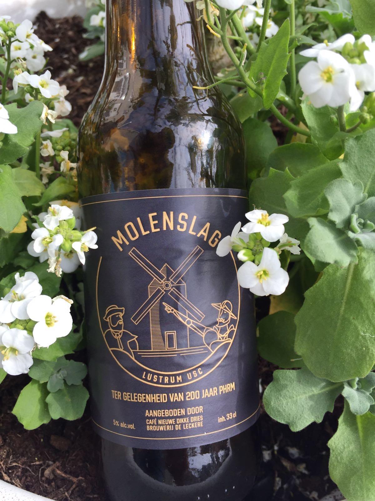Dit mooie amberkleurig bier geeft een smaakbom van citrus en hop. Ook de bittere tonen zijn hier prettig aanwezig. Een verrassend goed bier van brouwerij De Leckere gebrouwen ter ere van het 200 jarige bestaan van PHRM (Placet hic Requiescere Musis) van het Utrechtse Studenten Corps. De smaaksensatie doet ook wel denken aan een lichte IPA. Met de zomer in aantocht is dit een heerlijk biertje om van te genieten in de zon. En het alcoholpercentage is laag voor een speciaalbier waardoor je dit bier lekker kunt door drinken. Het bier bevat een alcoholpercentage van 5%. Advies serveertemperatuur: 4 à 5 graden.