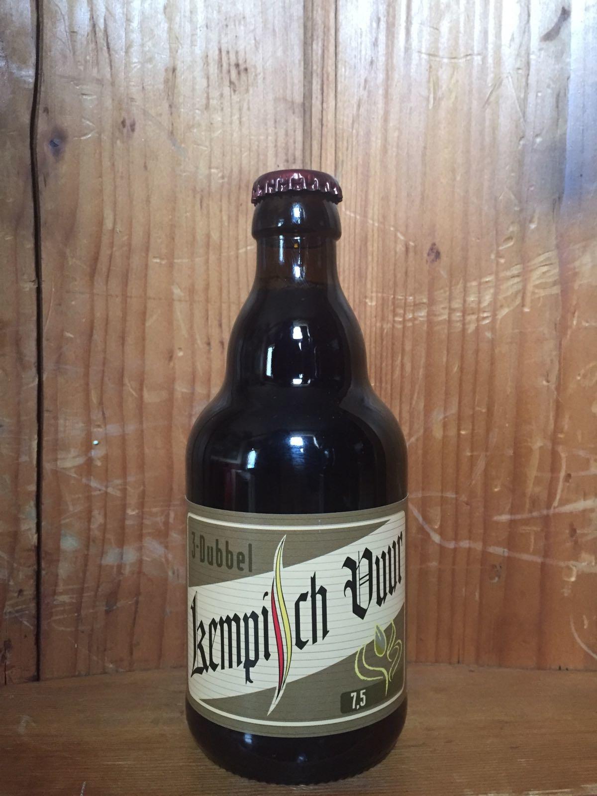 Kempisch Vuur 3-dubbel Herkomst: Zandhoven, België De kleur lijkt op ongepoetst koper. Het bier is op de markt gezet als een dubbel maar als je hem blind proeft lijkt het ook wel op een zwaar blond. De smaak heeft toetsen van honing en zoethout, de geur wordt gevormd door toetsen koper en gesmeerde fietsketting. Het bier is afkomstig van brouwerij Pirlot en is naast een brouwerij ook een stokerij. Wat 3 dubbel betekent weten we op dit moment niet. Het speciaalbier bevat een alcoholpercentage van 7,5%. Advies serveertemperatuur: 7 graden.