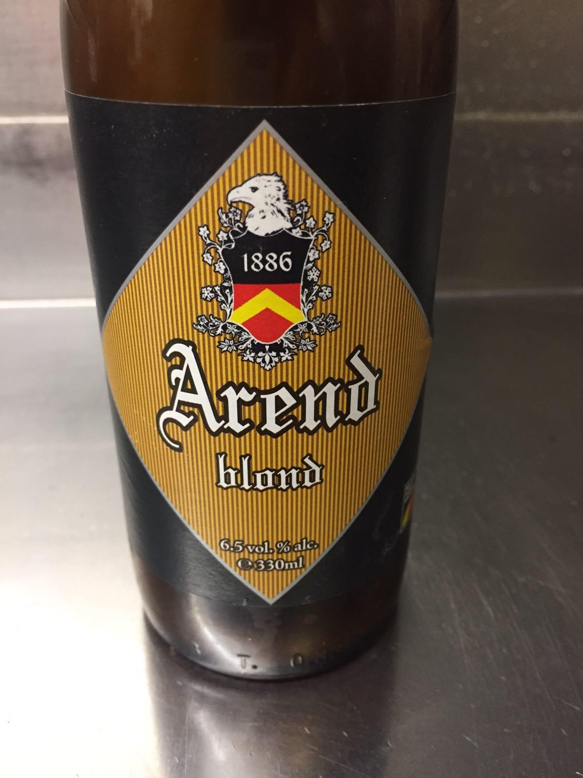 """Arend Blond Herkomst: Herzele, België Goudgeel blondbier afkomstig van brouwerij de Ryck. Wij zullen je in een vogelvlucht meenemen door de aroma's van dit bier. De bittere smaak is niet storend voor de rest van het smakenpalet wat wordt gecompleteerd met hoppigheid en granny smith. De geur is een combinatie van speculaas en limoen. De productlijn van Arend heette in eerste instantie Kanon. Omdat het openen van een fles vaak gepaard ging met een luide knal. Maar omdat het toch echt een familiebedrijf is en de brouwerij als eerste de naam """"De Gouden Arend"""" had, werd er besloten om de productlijn """"Arend"""" te noemen. Het bier heeft een alcoholpercentage van 6,5%. Advies serveertemperatuur: 6 graden."""