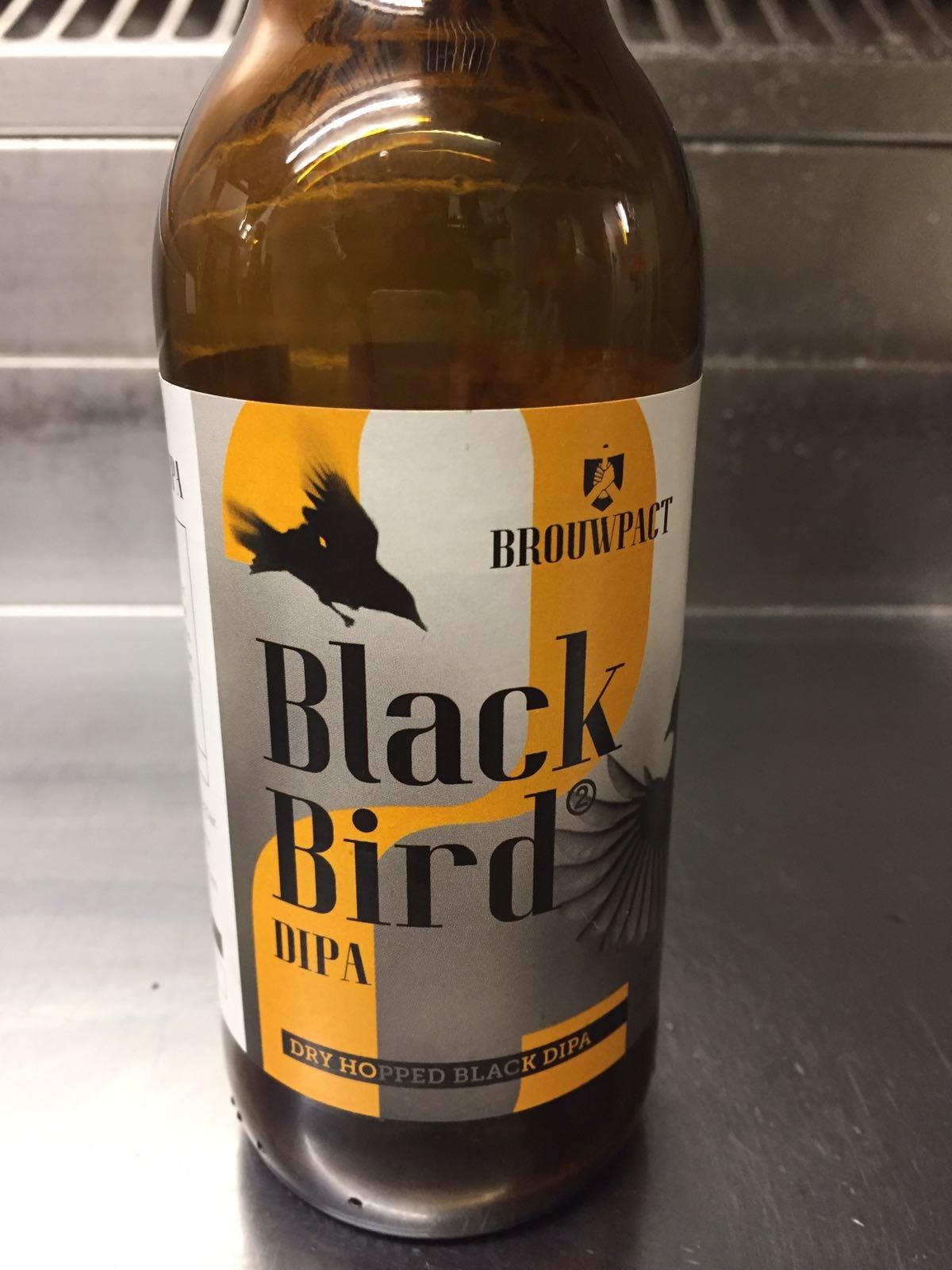 """Black Bird DIPA Herkomst: Wognum, Nederland Een gitzwarte Indian Pale Ale. Bij deze I.P.A. is de techniek van Dry Hopping toegepast. Een techniek waarbij een """"theebuiltje"""" toegevoegd bij tijdens de lagering of zelfs gisting. Black Bird DIPA is afkomstig van brouwerij Brouwpact. Een brouwerij die pas sinds 2014 bestaat en ontstaan is door passie voor speciaalbier. De smaak doet ons denken aan een stout. Smaak van espresso, laurier en cacao. Een stevige dropgeur ontdek je meteen zodra je het bier inschenkt. Het bier bevat een alcoholpercentage van 7,4%. Advies serveertemperatuur: 8 à 9 graden. Zeker niet te koud drinken."""