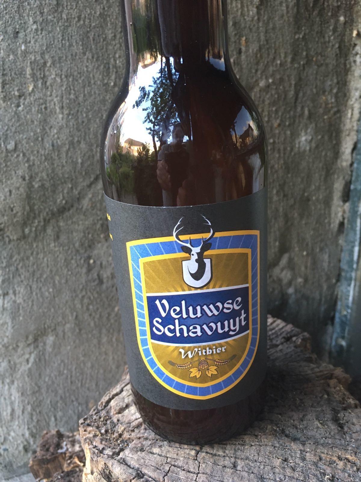 Veluwse Schavuyt Wit Herkomst: Nederland In de eerste kennismaking met de neus ontdek je banaan en kiwi. Voor een witbier is de mondbeleving hoppig. Toch is de mondbeleving ook verfrissend en dorstlessend. De Veluwse Schavuyt is afkomstig van de enige brouwerij van de Veluwe, De Vlijt. In deze brouwerij wordt wekelijks 3000 liter ambachtelijk bier gebrouwen. Het bier bevat een alcoholpercentage van 5% Advies serveertemperatuur 5 graden.