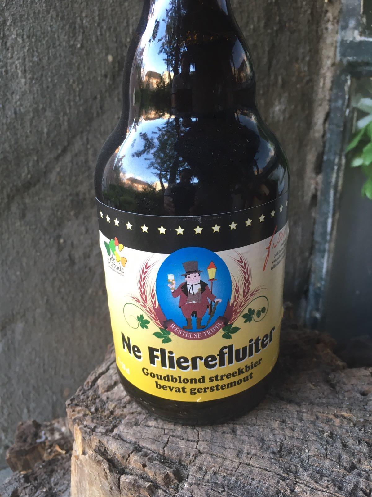 Ne Flierefluiter Herkomst: Zammel, België Oker blond bier met een volle schuimkraag. Door deze schuimkraag ruik je frisse zurige aroma's. Voor een blond bier heeft het een heftige smaak. In de smaak herken je ook een zuurtegehalte maar ook de bitterheid ontbreekt niet. Dit tweetal kenmerken doet ons denken aan tonic. Het bier bevat een alcoholpercentage van 8,5%. Advies serveertemperatuur: 6 à 8 graden.