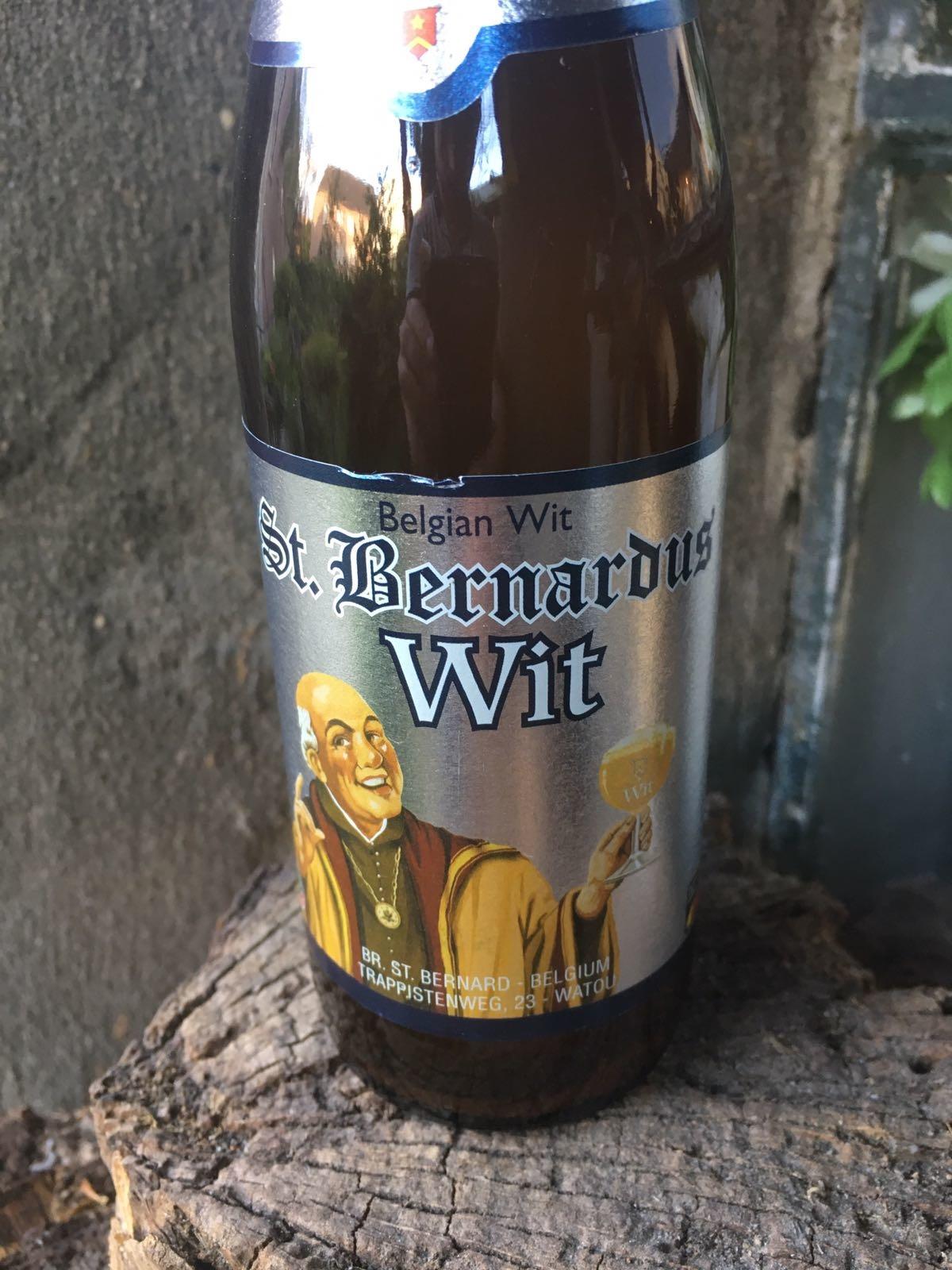 Sint Bernardus Wit 2017 Herkomst: Watou, België Troebel witbier met stevige schuimkraag. In de neus tonen van koriander en citrus. Het bier heeft een filmende bloemige smaak waarin ook de citrus weer terug te vinden is. Een zachte afdronk sluit het smakenpallet af. Als je het bier uitschenkt zie je dat er plakgist achter blijft in de fles. Dit zie je ook terug komen bij het bekende Duvel biertje. Het bevat een alcoholpercentage van: 5,5%. Advies serveertemperatuur: 4 à 5 graden.