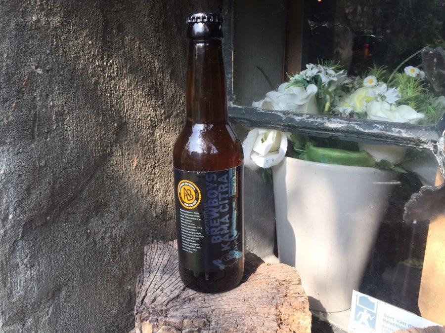 Kama citra Herkomst: Amsterdam, Nederland Speciaalbier van de Amsterdam Brewboys met een geur van vruchten uit blik zoals mango, perzik en ananas. Fruitig is ook de smaak wat ons doet denken aan de kern van een kiwi. De smaak is gebalanceerd zonder extreme uitschieters. Een lekkere dorstlesser voor een warme dag. Het bier bevat een alcoholpercentage van 4,4%. Advies serveertemperatuur: 5 graden.