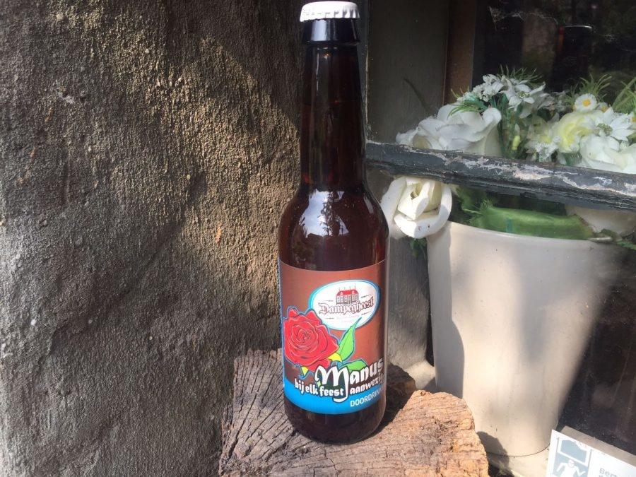 Manus Herkomst: Castricum, Nederland Als je je neus boven dit glas houdt merk je meteen dat het bier een hoog koolzuurgehalte heeft en daarnaast ruik je de geur van gember. Het smakenpalet wordt bepaald door onrijpe witte muscatdruiven en ook hier is de koolzuur stevig aanwezig. Zoals op het flesje staat is het bier een lekkere doordrinker en bij ieder feestje toepasbaar. Manus is afkomstig van brouwerij Dampegheest. Het bier bevat een alcoholpercentage van 4,7%. Advies serveertemperatuur: 4 à 6 graden.