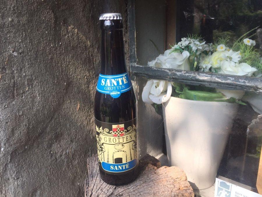 Grotten Sante Herkomst: Ieper, België Grotten Sante heeft de bruine kleur van pruimen. De geur doet ons denken aan bergamot en eetbare Viooltjes. Die bloemetjes die lekker te combineren zijn met gerechten. Het bier heeft de smaak van steranijs en Salie. Grotten Sante is afkomstig van brouwerij Kazematten, opgericht sinds 2013, en heeft drie verschillende bieren in de commercie. De brouwerij is gevestigd binnen de stadsmuren van Ieper. Het bier bevat een alcoholpercentage van 6.5%. Advies serveertemperatuur: 6 tot 9 graden.