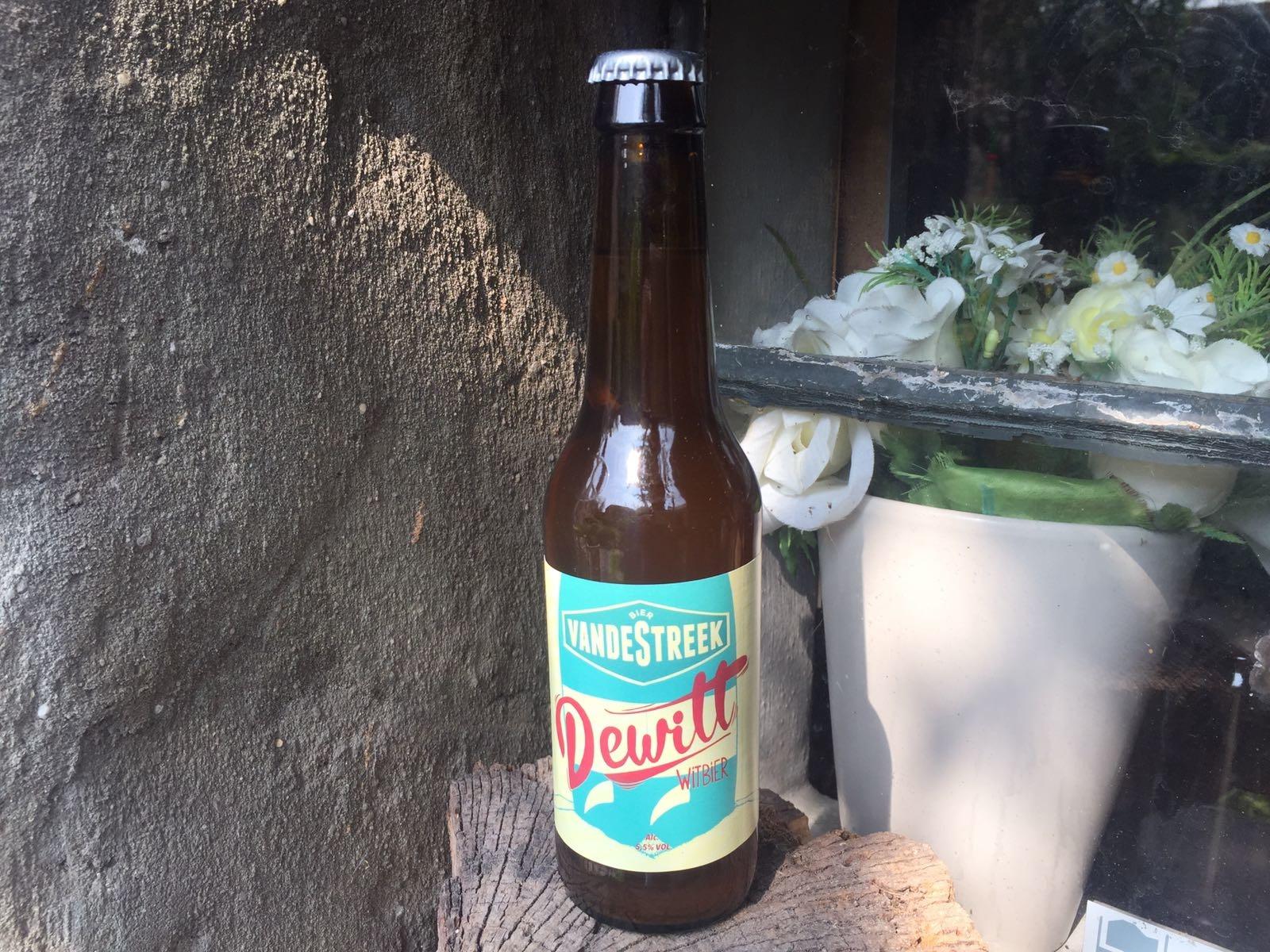 Van de Streek DeWitt Herkomst: Utrecht, Nederland Fris speciaalbier met in de neus tonen van rijpe citrusvruchten. De schuimkraag van dit speciaalbier verdwijnt snel door het zuurgehalte in het bier. De smaak van DeWitt is licht kruidig met Sali op de voorgrond, dit in combinatie met de smaak van limoen. Vandestreek is een brouwerij uit Utrecht die is ontstaan door te gaan brouwen uit eigen keuken in 2010 waarna ze in 2013 officieel van start zijn gegaan. Het bier bevat een alcoholpercentage van 5,5%. Advies serveertemperatuur: 4 à 5 graden.
