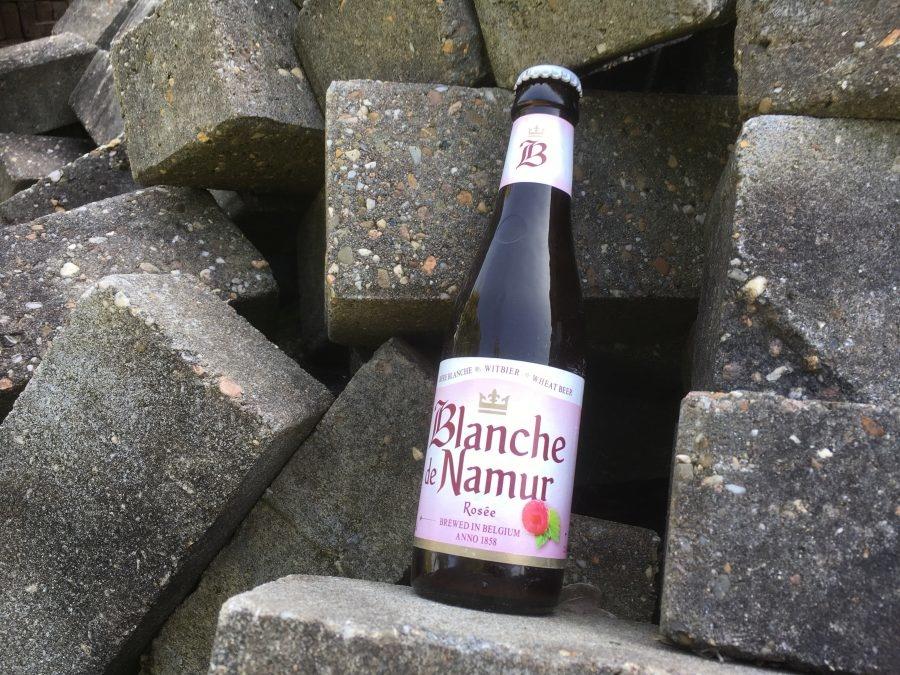Blanche de Namur Rosee Herkomst: Purnode, België Een witbier met tonen van framboos en zwarte bes in de mond. De kleur van dit bier en de schuimkraag is roze en het bier ruikt naar rood fruit. De smaak en geur komen veel overeen met de frisdrank cassis. Het bier tintelt op je tong en heeft een zacht zoete afdronk. Blanche de Namur is afkomstig van brouwerij Brasserie du Bocq. Een lekker zoet speciaalbier om van te genieten op een zonnige dag in het najaar. Het bier bevat een alcoholpercentage van 3,4%. Advies serveertemperatuur: 5 graden.