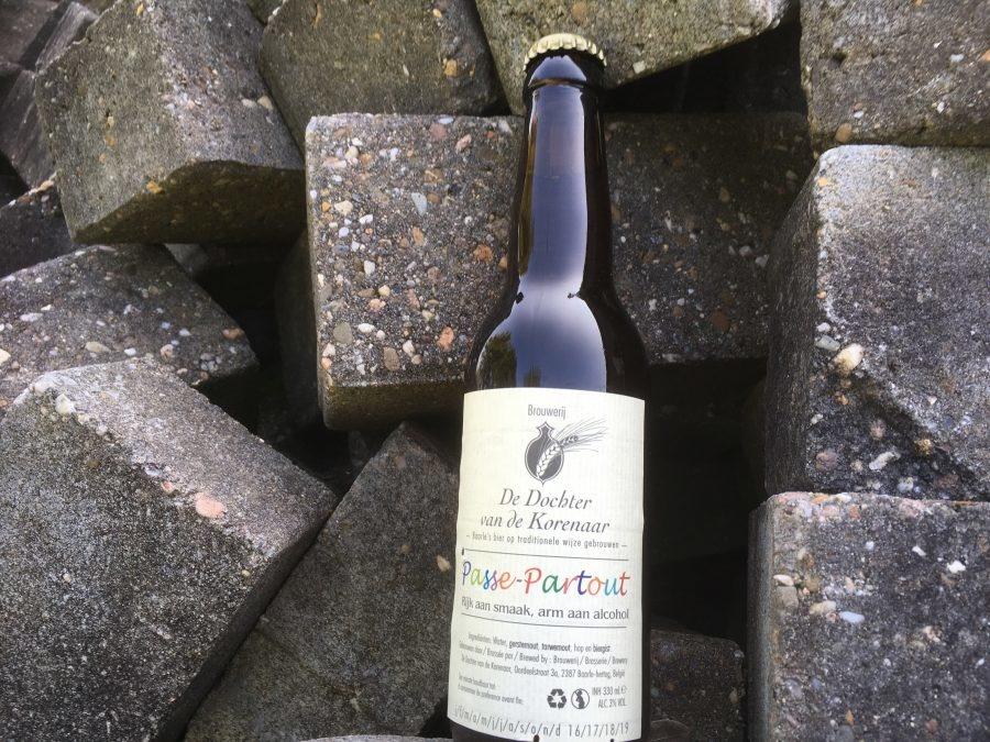 Passe-Partout Herkomst: Baarle-Hertog, België Een troebel karamelkleurig bier met stevige schuimkraag. Een zoete en fruitige geur met tonen van ananas en mango. De smaak is vrij bitter en opvallend is het hoge koolzuurgehalte wat je proeft tot en met de afdronk. Passe-Partout is afkomstig van brouwerij Dochter van de Korenaar en bestaat sinds 2007. Het bier bevat een alcoholpercentage van 3%. Advies serveertemperatuur: 6 à 7 graden.