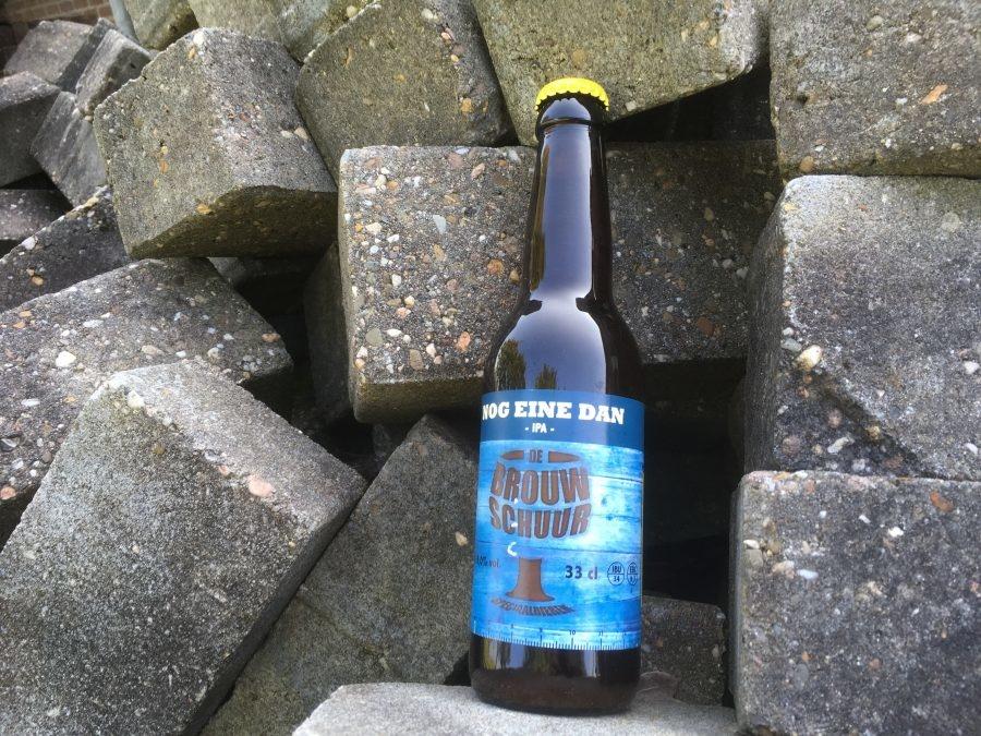 """Nog eine dan Herkomst: Weert, Limburg Een I.P.A. afkomstig van De Brouwschuur. De kleur van dit speciaalbier is okergeel. Een fruitige en bloemige geur waarin je mango en madeliefjes herkent. De smaak van """"Nog Einde Dan"""" is bitter door gebruik van 3 hopsoorten en heeft een zachte afdronk. De Brouwschuur bestaat sinds 2013 en heeft 6 speciaalbieren op de markt. Het bier bevat een alcoholpercentage van 6%. Advies serveertemperatuur: 5 à 6 graden."""