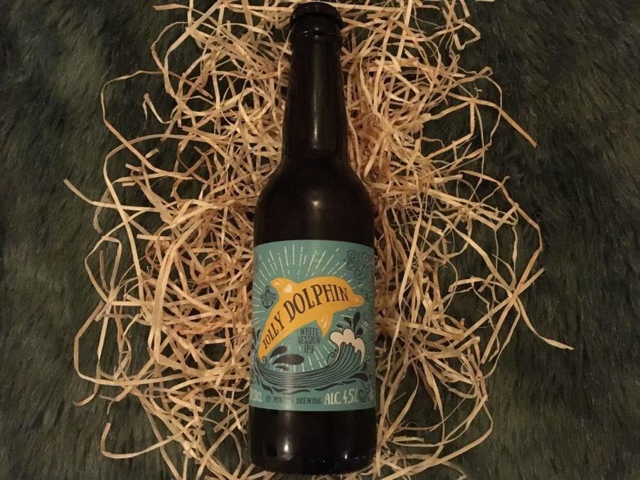 Jolly Dolphin Herkomst: Amsterdam, Nederland Speciaalbier afkomstig van Pontus Brewing uit Amsterdam. Deze brouwerij geeft ieder flesje een artistiek etiket met een verwijzing naar het biertje. Goudblond troebel bier met een zuurtje in de smaak. Een white I.P.A. waarin je sinaasappel en bloesem herkent. I.P.A. staat voor een India Pale Ale en kenmerkt zich ook door de hoppige smaak. Ondanks de hoppige smaak is het toch een fris biertje. Het bier bevat een alcoholpercentage van 4,5%. Advies serveertemperatuur: 4 à 5 graden.