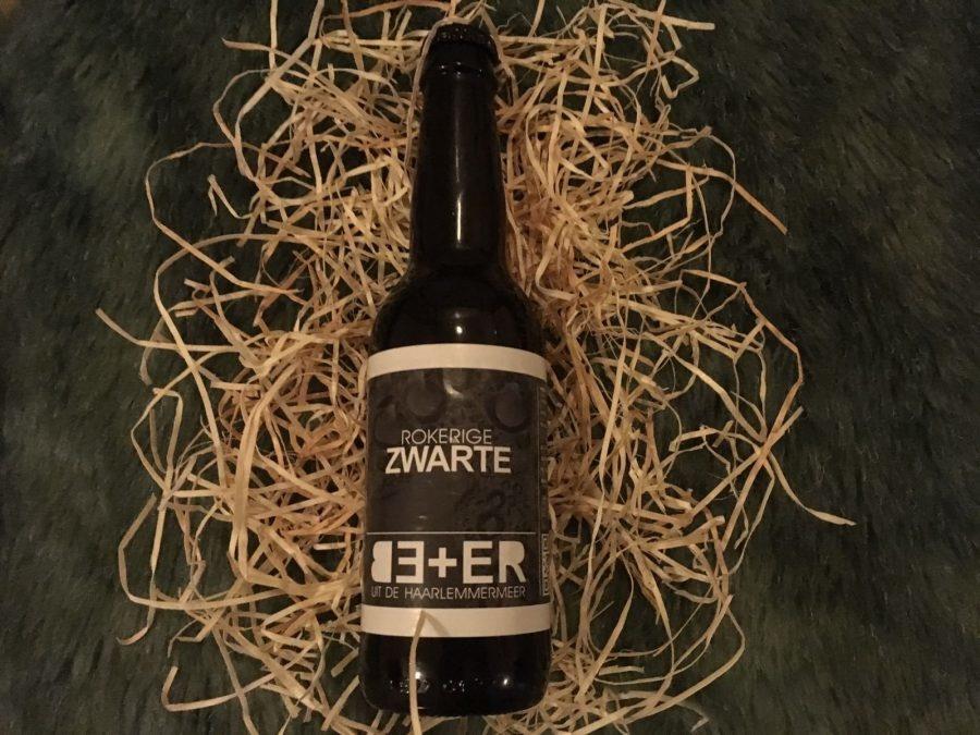 BE+ER Rokerige Zwarte Herkomst: Hoofddorp, Nederland Zoals de naam al aangeeft is rook aanwezig in het bier. Afkomstig van een brouwerij die sinds 2014 bestaat, BE+ER. Een donker bier met tonen van chocolade in de smaak en geur. Een combinatie van karamel, chocolade en uiteraard ook de rook is aanwezig in de mond. Ondanks dat het een bier is met heftige smaken is het alcoholpercentage niet hoog. Het bier bevat een alcoholpercentage van 5,6%. Advies serveertemperatuur: 7 graden.