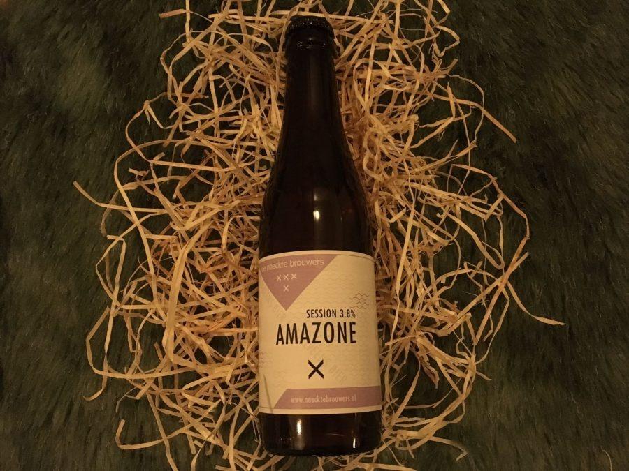 Amazone Herkomst: Amstelveen, Nederland Een speciaalbier met de kleur van een palomino paard en een sterk fruitige geur. In de smaak vind je citrusvruchten in combinatie met zout terug. Het bier heeft een hoog koolzuurgehalte wat je merkt zodra het speciaalbier je tong streelt. Amazone verwijst naar een dame te paard. Je drinkt dit biertje in uitgestrekte draf op. Een licht speciaalbier met een alcoholpercentage van 3,8%. Advies serveertemperatuur: 4 à 5 graden.