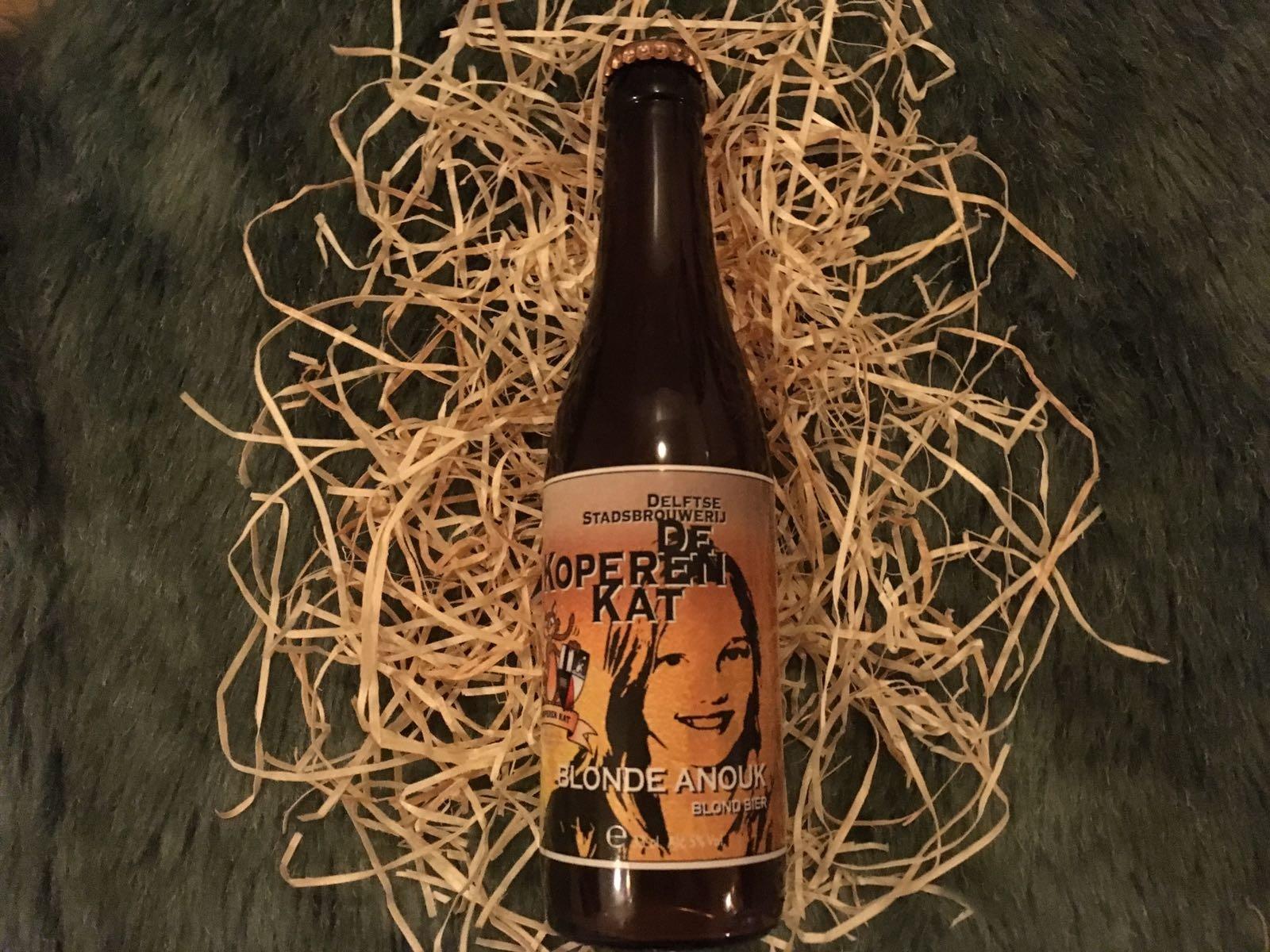 Blonde Anouk Herkomst: Delft, Nederland Net als Anouk, opvallend aanwezig. In de neus een kruidige geur die ons doet denken aan rozemarijn. De smaak is hoppig met een zachte afdronk. Blond speciaalbier met een romige schuimkraag. De naam van het bier verwijst naar de oudste dochter van de oprichter. Een toegankelijk blondbier. Het bier bevat een alcoholpercentage van 5%. Advies serveertemperatuur: 5 graden.