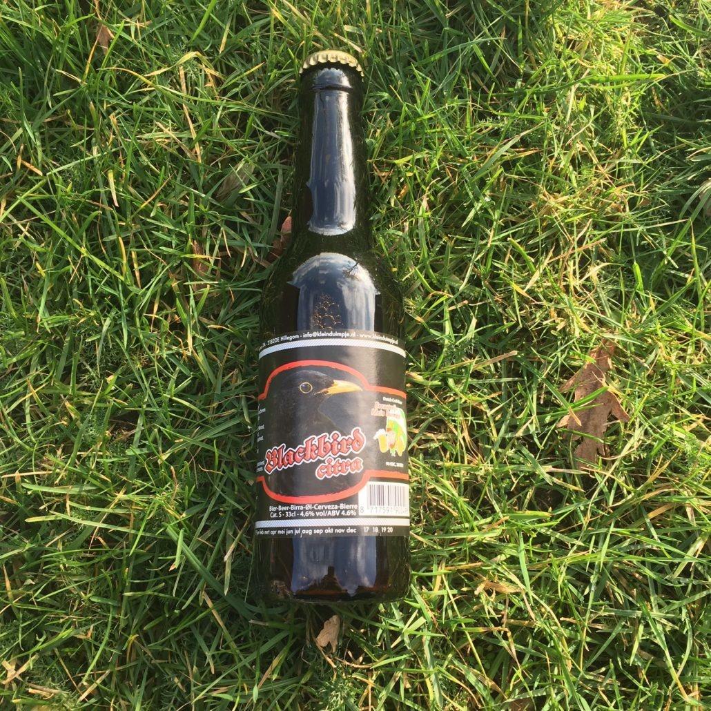 Blackbird Citra Herkomst: Hillegom, Nederland Het bier heeft de kleur van de donkere eikenhouten meubels van je grootmoeder. De geur lijkt op een wandeling over de hei. De smaak is vlak met een bittere afdronk. Dit bier is afkomstig van brouwerij Klein Duimpje. Een brouwerij met een assoritment van maar liefst 36 bieren. Bij de brouwerij is ook een proeflokaal gevestigd die is geopend op vrijdag, zaterdag en zondag. In de zomer is het ook mogelijk om van de bieren te genieten op een groot terras. Blackbird Citra bevat een alcoholpercentage van 4,6%. Advies serveertemperatuur: 6 graden.