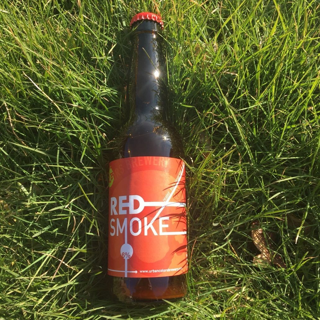 Red Smoked Herkomst: Amstelveen, Nederland Dit bier is gebrouwen door Urban Colors Brewery uit Amstelveen. Een brouwerij met drie verschillen speciaalbieren. De Red Smoked van deze brouwerij heeft de kleur van perzik. Sinaasappel, perzik en koriander bepalen de smaak. Ondanks dat het bier Red Smoked heet kunnen wij het niet terugvinden in de geur of smaak. Deze brouwer is opgericht in 2017 en brouwt naast de Red Smoke ook de White Blossom en Yellow Saison. Het bier bevat een alcoholpercentage van 8%. Advies serveertemperatuur: 6%.