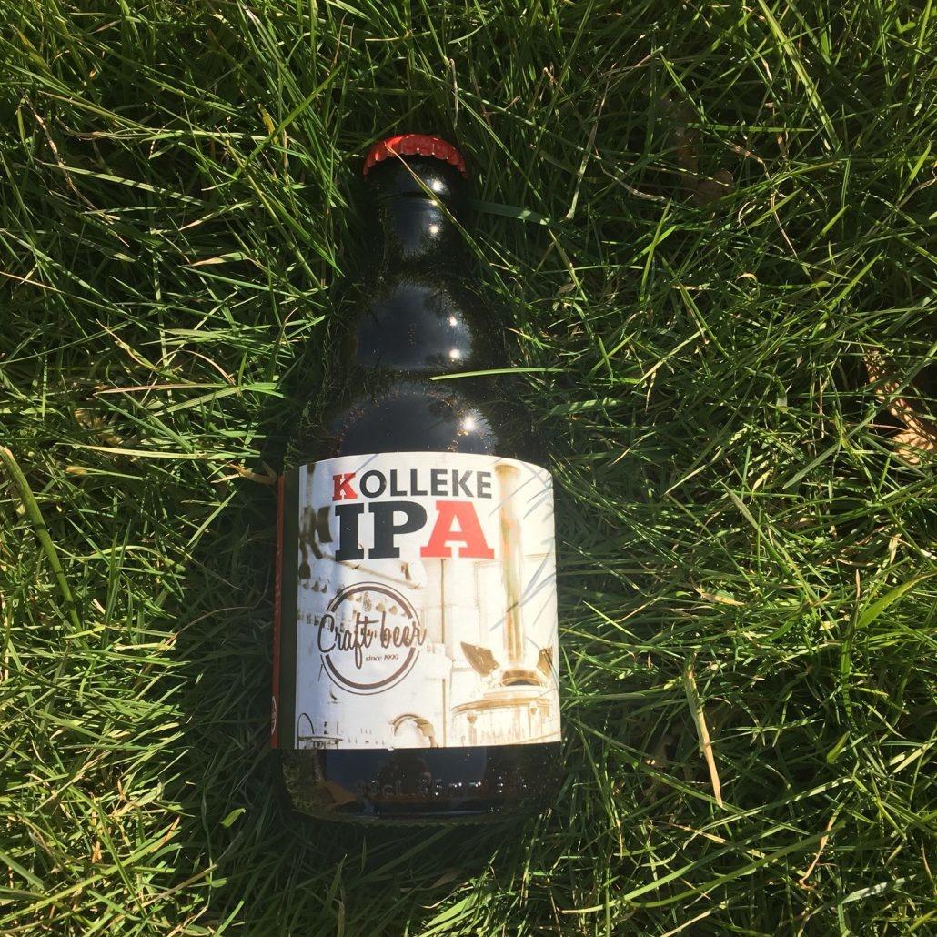 Kolleke IPA Herkomst: Den Bosch, Nederland Kastanjebruin bier met een geur van dennenbomen en karamel. Na de eerste slok van dit bier krijg je een filmend effect in je mond. Het bier smaak licht romig en lekker zoet wat ons doet denken aan een toffee. De bitterheid ontbreekt ook niet bij deze IPA en herken je vooral in de afdronk. Kolleke IPA is afkomstig van brouwerij 't Kolleke waarvan de ingang gevestigd is in de Kruisstraat in Den Bosch. Het bier bevat een alcoholpercentage van 7%. Advies serveertemperatuur: 6 à 7 graden.