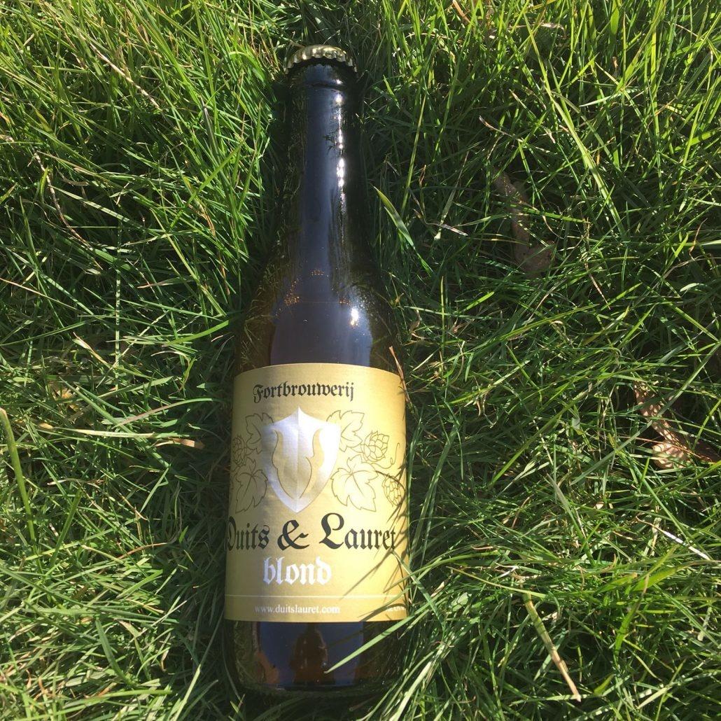 Duits & Lauret Blond Herkomst: Everdingen, Nederland Een goudkleurig blondbier met een geur van citrus. Een gebalanceerd speciaalbier waarin ook tonen van citrus in de smaak te herkennen zijn. Duits & Lauret blond is een lekker fris doordrinkbaar speciaalbier met een bitter afdronk. Brouwerij Duits & Lauret is sinds 2015 gevestigd in Fort Everdingen. Het assortiment bestaat uit zeven speciaalbieren. Daarnaast verkoopt de brouwerij ook nog bierkaas. Het bier heeft een alcoholpercentage van 6,5%. Advies serveertemperatuur: 5 à 6 graden.