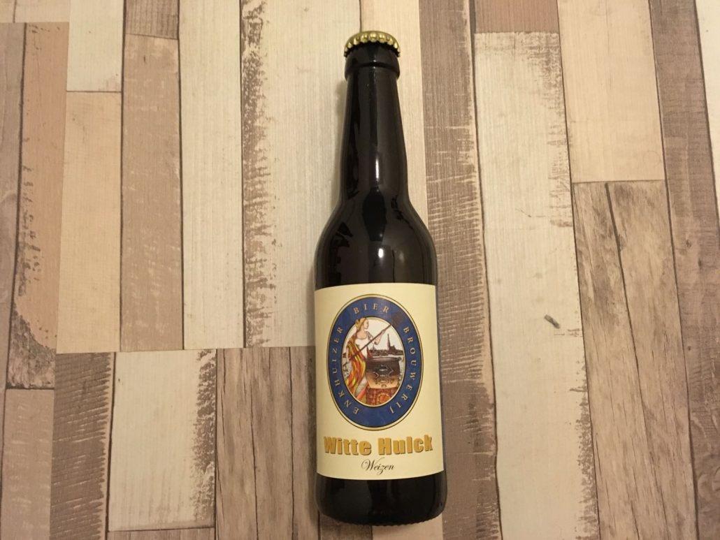 Witte Hulck Herkomst: Enkhuizen, Nederland Een Weizen met stevige schuimkraag. Een speciaalbier met de kleur van citroensap en een licht-zure geur. Door het hoge koolzuurgehalte lijkt het bier op je tong te tintelen maar het bier sluit wel af met een zachte afdronk. Een heerlijk verfrissend biertje om ijskoud in de zon van te kunnen genieten. Witte Hulck is afkomstig van brouwerij Enkhuizen. Een huurbrouwer die zijn passie voor speciaalbier al sinds 2009 aan het brouwen is op kleine schaal. In 2017 heeft hij de stap gemaakt om op grotere schaal te brouwen. Het bier heeft een alcoholgehalte van 5,5%. Advies serveer-temperatuur: 5 à 6 graden.