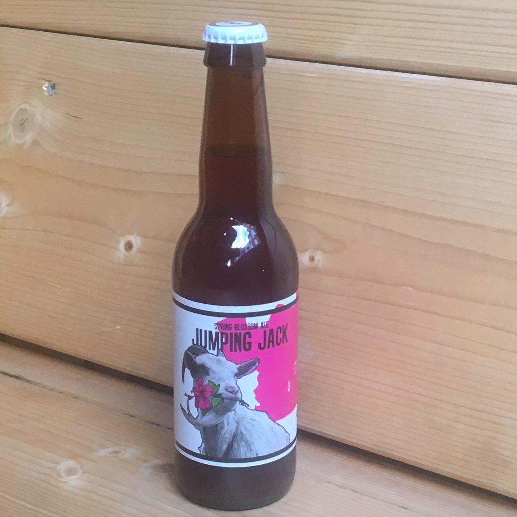 Jumping Jack Herkomst: Breda, Nederland Een heerlijk lentebier van brouwerij Big Belly. De kleur lijkt een combinatie van roest, honing en koper. In de neus herken je framboos, aarbei en bloesem in de Japanse tuin. Het bier tintelt op je tong door het aanwezige koolzuur. Een blond bier met een smaakvolle combinatie van fruit en een bittertje. Big Belly wordt gerund door enthousiaste jonge brouwers en bestaat sinds 2016. Het bier bevat een alcoholpercentage van 6%. Advies serveertemperatuur: 5 tot 7 graden.