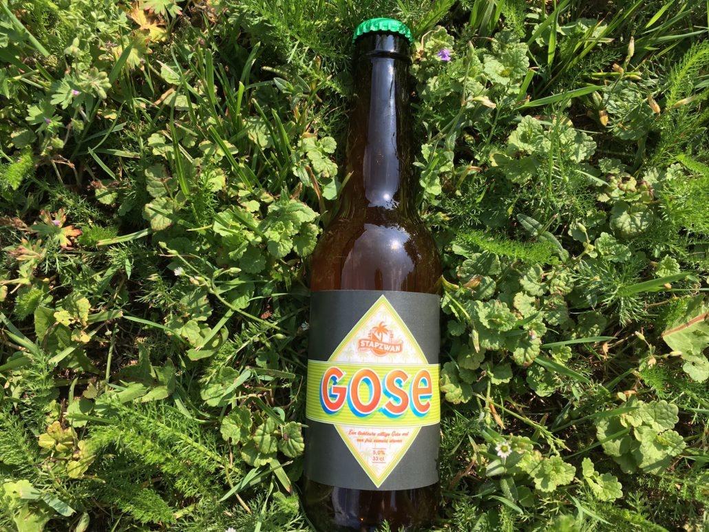 Gose Herkomst: Utrecht, Nederland Een bijzonder Nederlands speciaalbier met een zure smaak. Het bier ruikt naar karnemelk en heeft de kleur van appelsap. Door de zuurtegraad slaat de schuimkraag meteen neer na het inschenken. Een sour die wat ons betreft gelukt is. Een lekker doordrinkbaar zuur bier van brouwerij Stapzwan uit Utrecht. Een brouwerij met als motto: ontdekken, verbinden en genieten. Het bier bevat een alcoholpercentage van 5%. Advies serveertemperatuur: 5 à 6 graden.