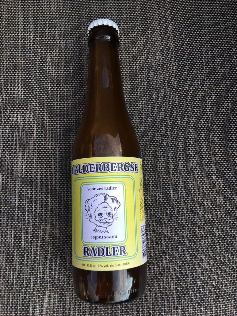 Halderbergse Radler Herkomst: Westkapelle, Nederland Een citroensapkleurig speciaalbier met stevige schuimkraag. Halderbergse Radler is verfrissend en heeft een lichtzoete smaak waarbij we denken aan de smaken van bitterlemon en fanta. Een fruitige geur ontdek je zodra je de neus in het glas steekt. Halderbergse Radler is afkomstig van brouwerij 't Meuleneind waarbij alle flessen een etiket hebben die je vanaf twee kanten kunt bekijken. Het ligt er maar net aan hoeveel bier je op hebt ;). Heerlijk bier om van te genieten op een warme zomerdag. Het bier bevat een alcoholpercentage van 3%. Advies serveertemperatuur 4 à 5 graden.