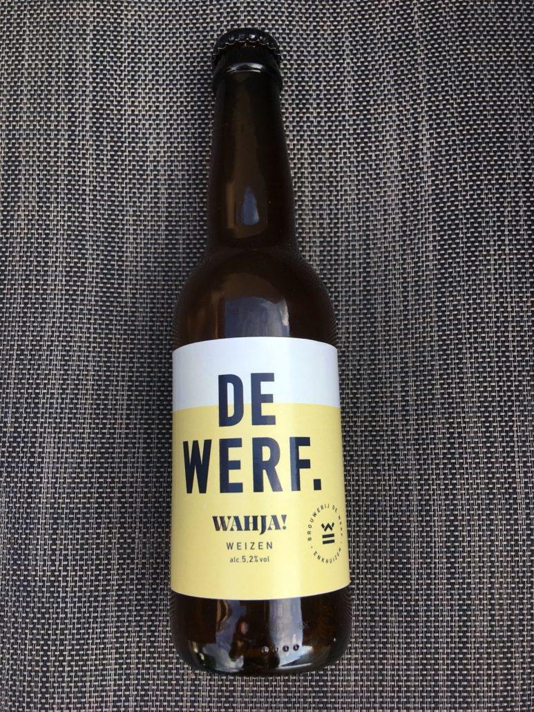 Wahja Herkomst: Enkhuizen, Nederland Hefeweizen met een okergele kleur. Een ongefilterd tarwebier dat eigenlijk alleen maar op fles te vekrijgen is. Doordat het bier ongefilterd is maakt dat het bier troebel. Ondanks dat dit een heerlijk bier voor in de zomer is doet de geur ons denken aan herfstbladeren. Zodra je een slok van het bier neemt tintelt je tong door het aanwezige koolzuurgehalte en wordt dit gevolgd door een bittere smaak met lichtzoete afdronk. Brouwerij de Werf heeft een eigen brouwerij met daarbij een proeflokaal. Het assortiment van de Werf bestaat uit 7 speciaalbieren. Het bier bevat een alcoholpercentage van 5,2%. Advies serveertemperatuur: 6 graden.