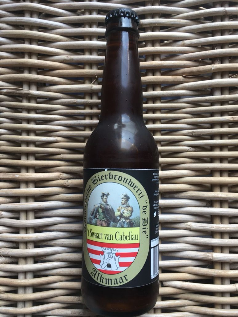 't Zwaart van Cabeliau Herkomst: Alkmaar, Nederland Een red ale afkomstig van brouwerij de Die uit Alkmaar. De kleur lijkt oranjeroestig. In de neus herken je rozemarijn, koriander en sinaasappel. 't Zwaart van Cabeliau heeft body en heeft ook kruidige en fruitige smaken. Brouwerij de Die is ontstaan in 2015 waarbij het doel was om bieren te brouwen met een link naar het verleden. Echter in 2017 werd pas het eerste bier op de markt gebracht. Een blond bier onder de naam Dirk Duyvel Blond. 't Zwaart van Cabeliau is op de markt gebracht als najaarsbier maar wij vinden dit ook een heerlijk bier om te drinken bij de barbecue. Het bier bevat een alcoholpercentage van 8%. Advies serveertemperatuur 6 à 7 graden.