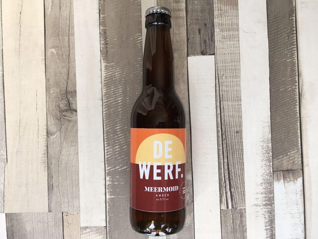 Meermoid Herkomst: Enkhuizen, Nederland Een amber bier met kleur van mandarijn. Een zacht bier waarin je mout en sinaasappel terugvindt. Meermoid is afkomstig van brouwerij de Werf uit Enkhuizen. Behalve een brouwerij hebben ze ook een proeflokaal, webshop en een zaal waar feesten en partijen gegeven kunnen worden. Het assortiment van brouwerij de Werf bestaat uit 10 verschillende speciaalbieren. Behalve een vast assoritment brouwen ze ook seizoensbieren. Het bier bevat een alcoholpercentage van 5,7%. Advies serveertemperatuur 6 graden.
