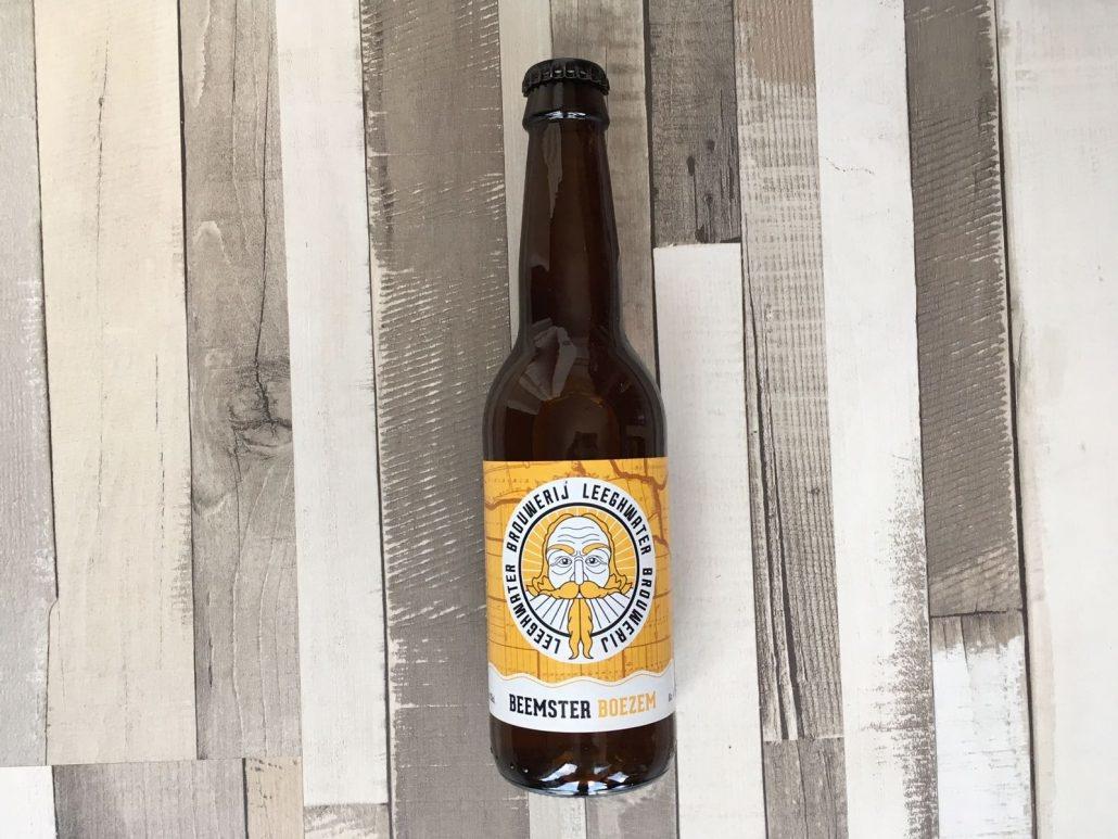 Beemster Boezem Herkomst: Alkmaar, Nederland Een troebel goudkleurig speciaalbier met witte schuimkraag. Frisse tonen in de neus en ook in de smaak. In het bier herken je citrus en grapefruit dat wordt afgesloten door een zachte afdronk. Een aangenaam blond bier om van te genieten op het terras. Brouwerij Leeghwater is opgericht in 2017 en heeft twee speciaalbieren in het assortiment. Het derde bier is in ontwikkeling. Om het bier te brouwen maken ze gebruik van de ketels van Jopen brouwerij. Beemster Boezem heeft een alcoholpercentage van 4,7%. Advies serveertemperatuur: 5 graden.