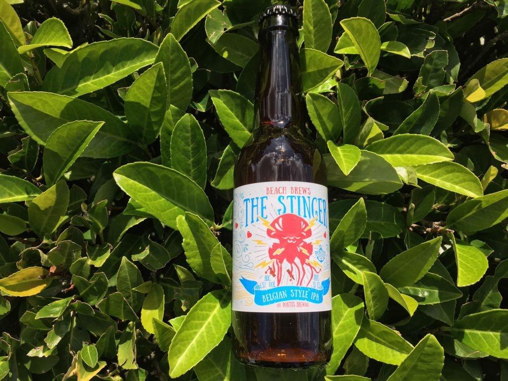 The Stinger Herkomst: Amsterdam, Nederland Een oranje koperkleurig en fruitig geurige India Pale Ale. Het bier wordt afgedekt met een neerslaande schuimkraag. Dat betekent dat de schuimkraag alleen aan de rand van het glas blijft bestaan. Zoals je van een IPA gewend bent heeft dit een bittere smaak en afdronk wat ons doet denken aan grapefruit. The Stinger is afkomstig van Pontus Brewing uit Amsterdam. Een brouwerij die is opgericht in 2012 en ieder bier voorziet van opvallend ontworpen etiketten. Het bier bevat een alcoholpercentage van 6,5%. Advies serveertemperatuur: 6 tot 8 graden.