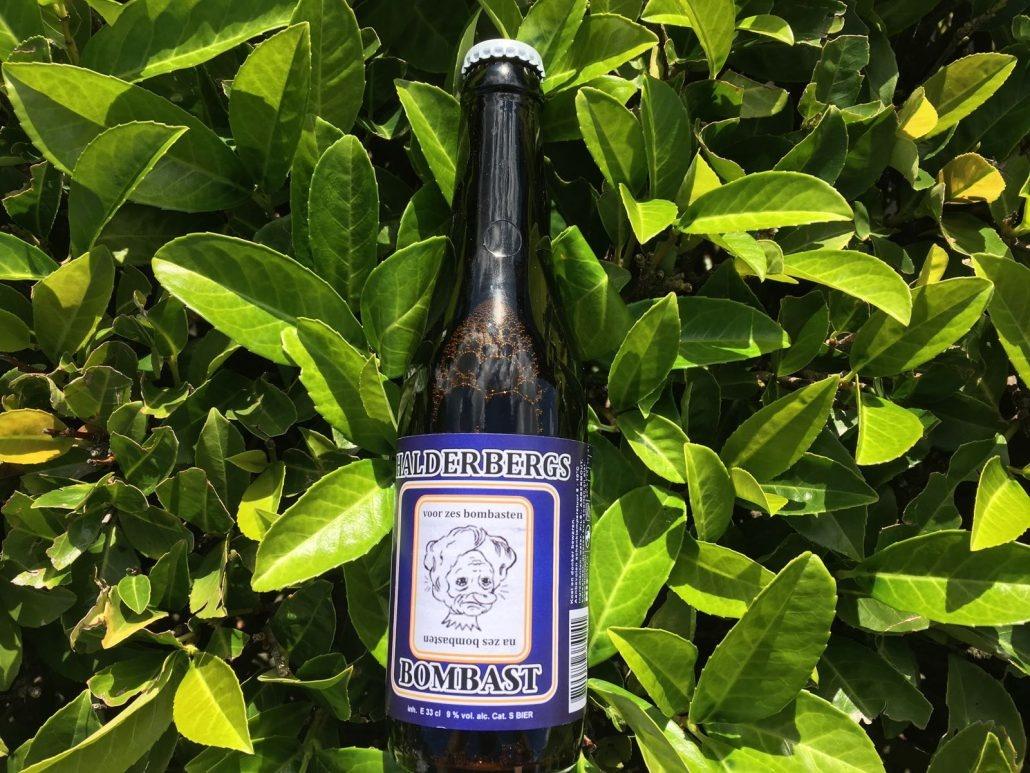 Bombast Herkomst: Hoeven, Nederland Een stout met de kleur van koffie en crèmekleurig stabiele schuimkraag. Bombast is vol van smaak met tonen van koffie, chocolade en drop. In de neus herken je cacao en laurier. Dit bier is afkomstig van brouwerij 't Meuleneind. Een brouwerij met 7 verschillende speciaalbieren in het assortiment. Behalve speciaalbieren verkopen ze ook onder andere openers, bierglazen en bierkazen. Het bier bevat een alcoholpercentage van 9%. Advies serveertemperatuur: 10 graden.