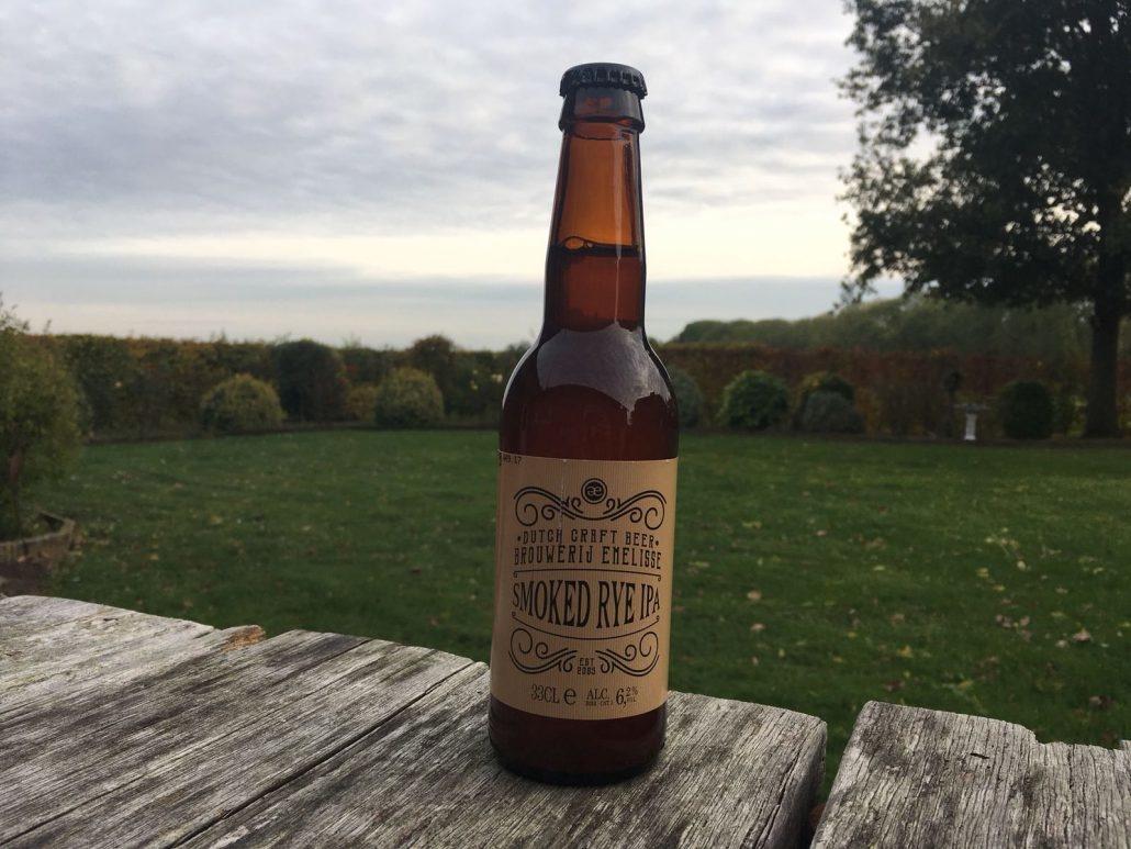 Smoked Rye IPA Herkomst: Goes, Nederland Een mistige India Pale Ale met de kleur van honing. Een bittere smaak zoals je gewend bent van een IPA. De rokerige smaak is subtiel aanwezig in de smaak en afdronk. De Smoked Rye IPA is afkomstig van brouwerij Emelisse uit Goes. Een brouwerij dat al meer dan 10 jaar brouwt en in 2016 is overgenomen door Slot Oostende. Het assortiment speciaalbieren van de brouwerij bestaat uit meer dan 10 bieren. Het bier bevat een alcoholpercentage van 6,2%. Advies serveertemperatuur: 6 à 7 graden.
