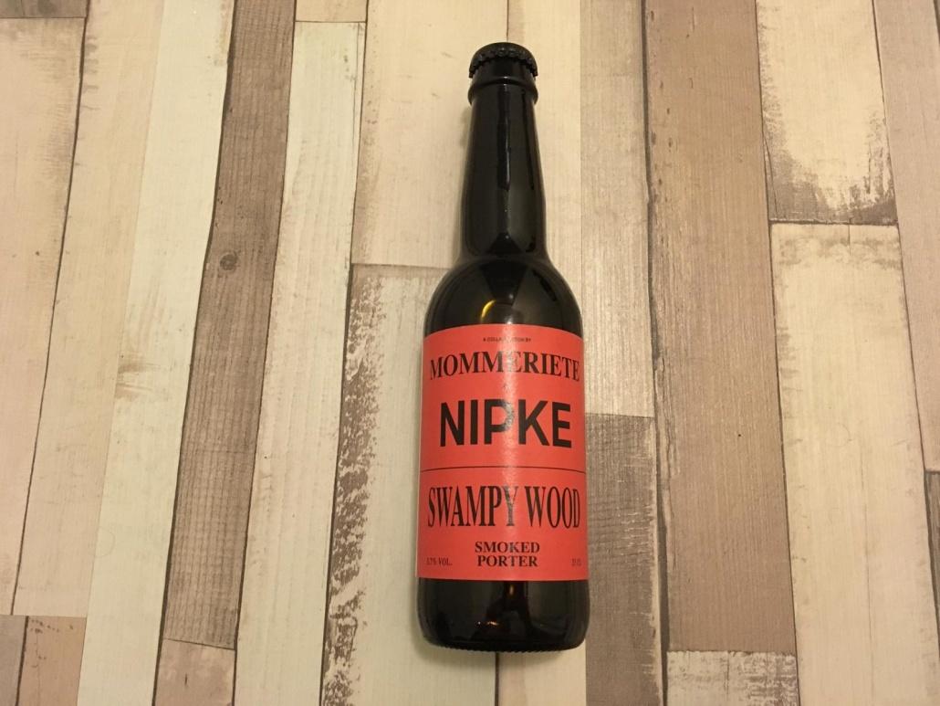 Nipke Swamped Wood Herkomst: Rotterdam, Nederland Zwart met een beige schuimkraag. De geur van dit bier neigt naar laurier en salmiak. De smaak bestaat uit tonen van drop en gebrand hout. Nipke is afkomstig uit Rotterdam. Een laberatorium waar designers, brouwers en destilleerders samen komen om bieren en likeuren te produceren die zowel apart van elkaar als naast elkaar te drinken zijn. Het bier bevat een alcoholpercentage van 5,7%. Advies serveertemperatuur: 6 tot 8 graden.