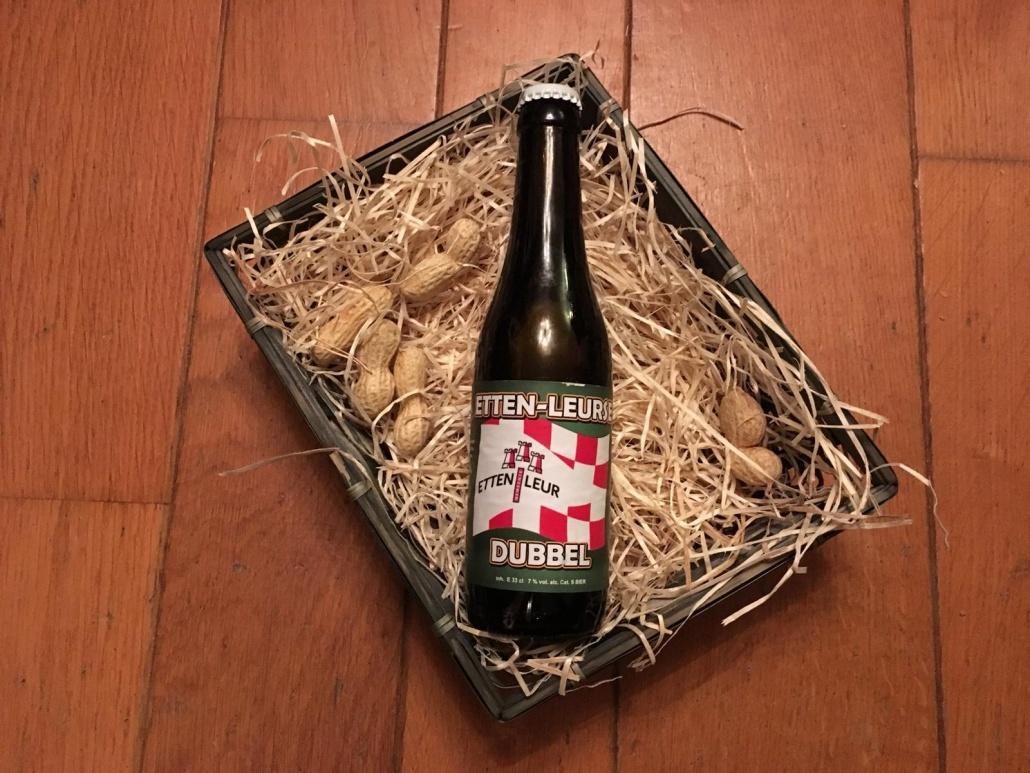 Etten-Leurse Dubbel  Herkomst: Hoeven, Nederland  Kastanjebruin bier met een beige schuimkraag. De geur lijkt op metaal. Een aangename volle smaak waarin je tonen van rood fruit herkent zoals kersen en bramen. Een lichtzuurtje dat je proeft in het bier blijft tot in de afdronk hangen. Etten-Leurse dubbel is afkomstig van brouwer 't Meuleneind uit Hoeven. Een brouwerij met een breed assortiment waar ze behalve speciaalbieren ook een webshop met verschillende biergerelateerde items hebben. Het bier bevat een alcoholpercentage van 7%. Advies serveertemperatuur: 6 tot 8 graden.
