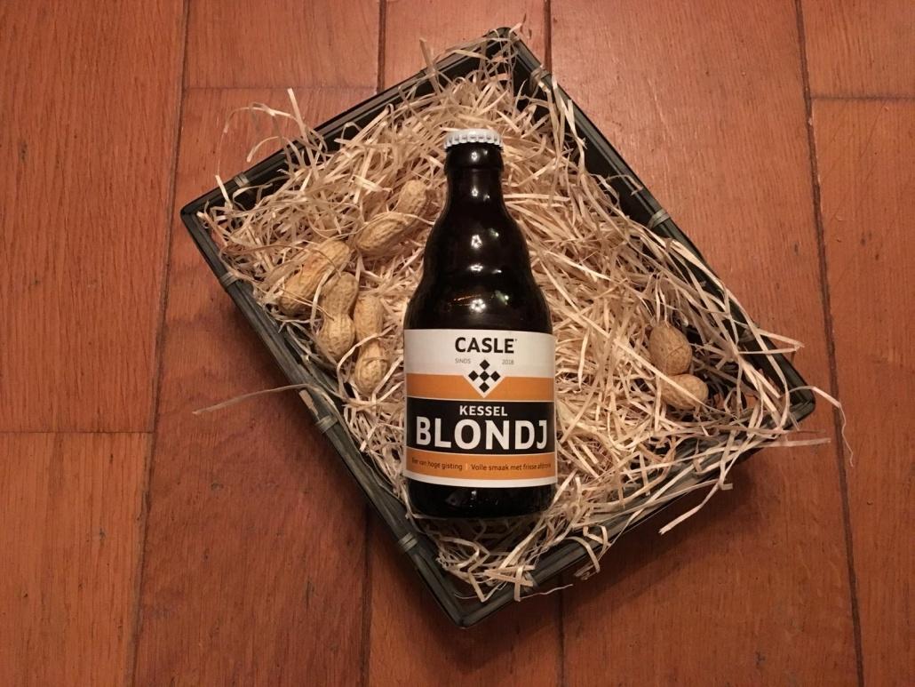 Kessel Blondj    Herkomst: Kessel, Nederland  Mistig blond bier met een stevige schuimkraag. Het bier heeft de kleur van. Een frisse volle smaak met een lichtbittere afdronk. In de neus herken je de geur van ongebakken brood. De Kessel Blondj is afkomstig van Casle Bier. Een brouwerij die tot nu toe twee verschillende bieren heeft en wordt gerund door drie Kesselse bierliefhebbers. Het bier bevat een alcoholpercentage van 4,6%. Advies serveertemperatuur: 5 graden.