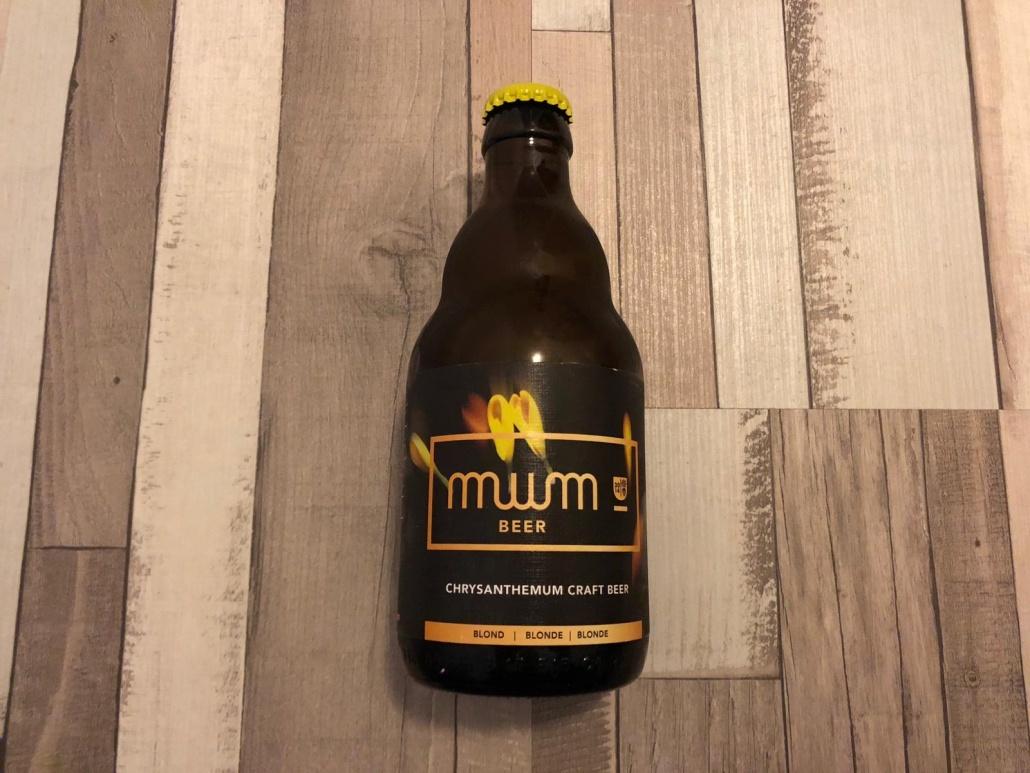 Mum Beer  Herkomst: Oostnieuwkerke, België  Blond bier met de mistige kleur goud. In de neus herken je bloemen en gras. De smaak is lichtzoet gevolgd door een hoppige en subtiel bittere afdronk. Ook het bloemige is terug te vinden in de smaak. De naam Mum verwijst ook naar de chrysanten omdat dit de internationale benaming voor de bolchrysant is. Mum bier is afkomstig van Gediflora, een internationale speler op gebied van het kweken van de bolchrysanten. Het bier bevat een alcoholpercentage van 6,5%. Advies serveertemperatuur: 6 à 7 graden.